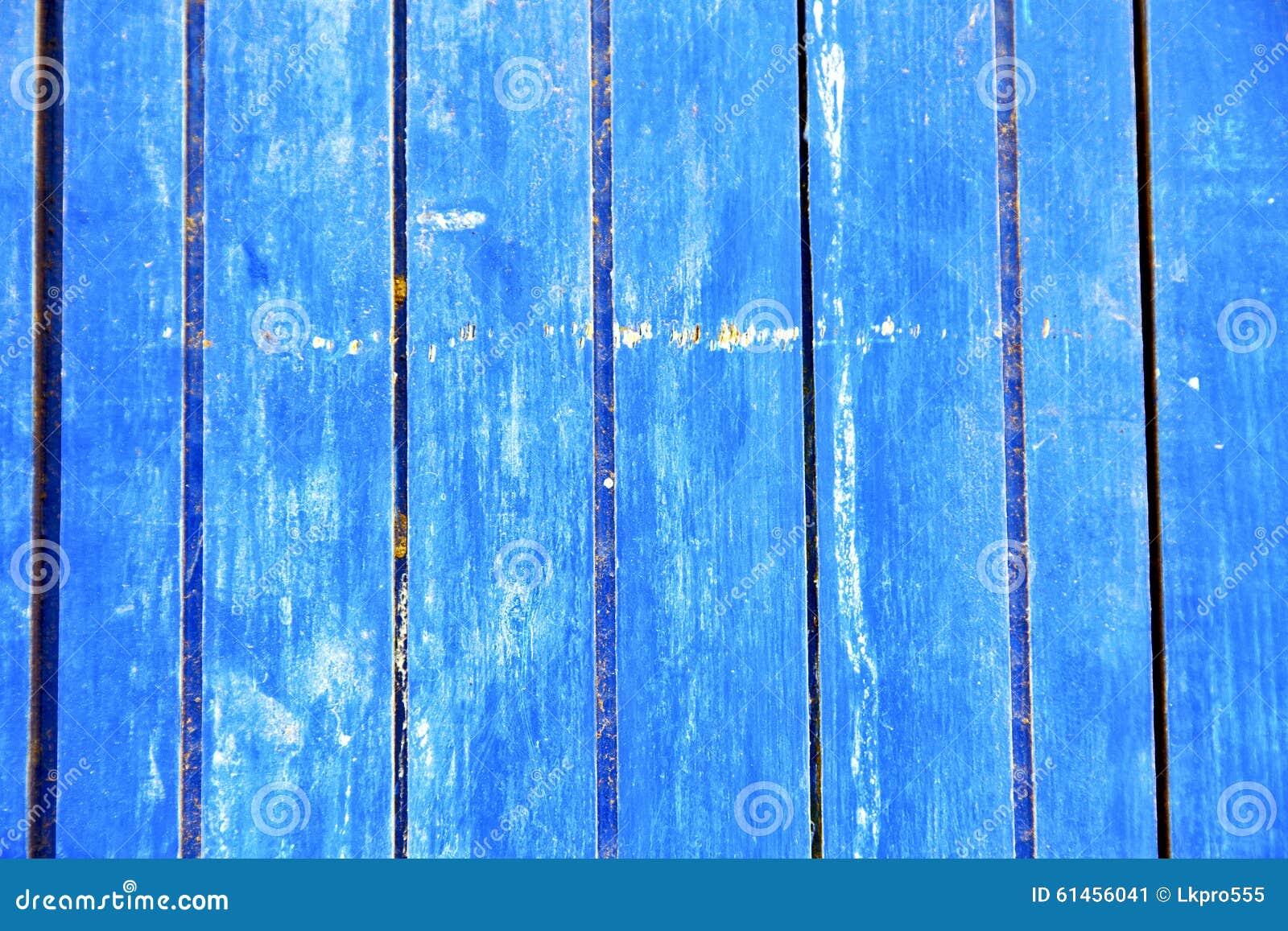 γδυμένος στην μπλε πόρτα και το σκουριασμένο καρφί