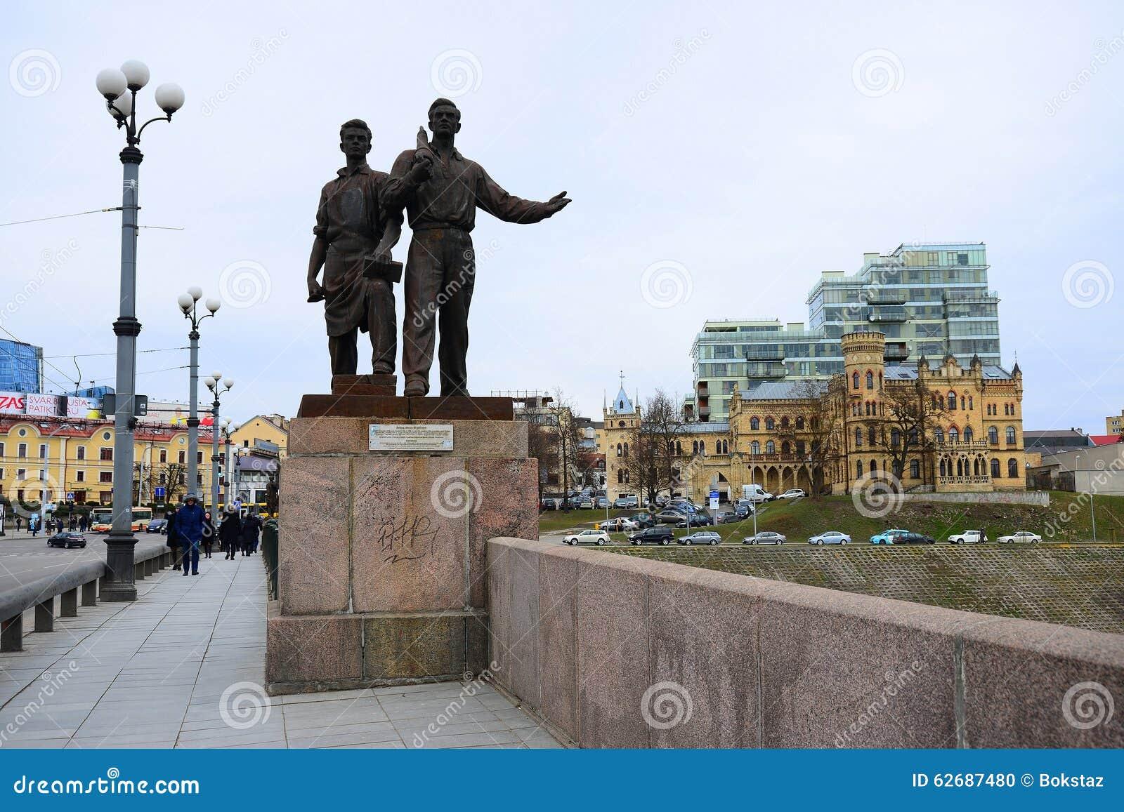Γλυπτά στην πράσινη γέφυρα που αντιπροσωπεύει τη σοβιετική τέχνη