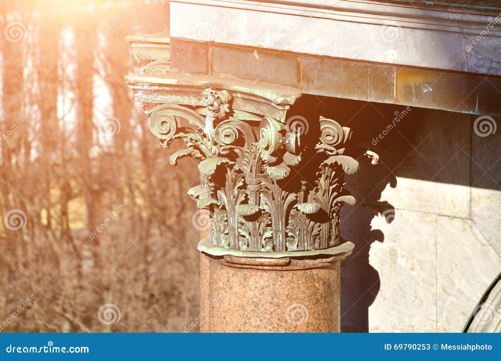 Γλυπτικές λεπτομέρειες στη στήλη του καθεδρικού ναού StIsaac σε Άγιο Πετρούπολη, Ρωσία