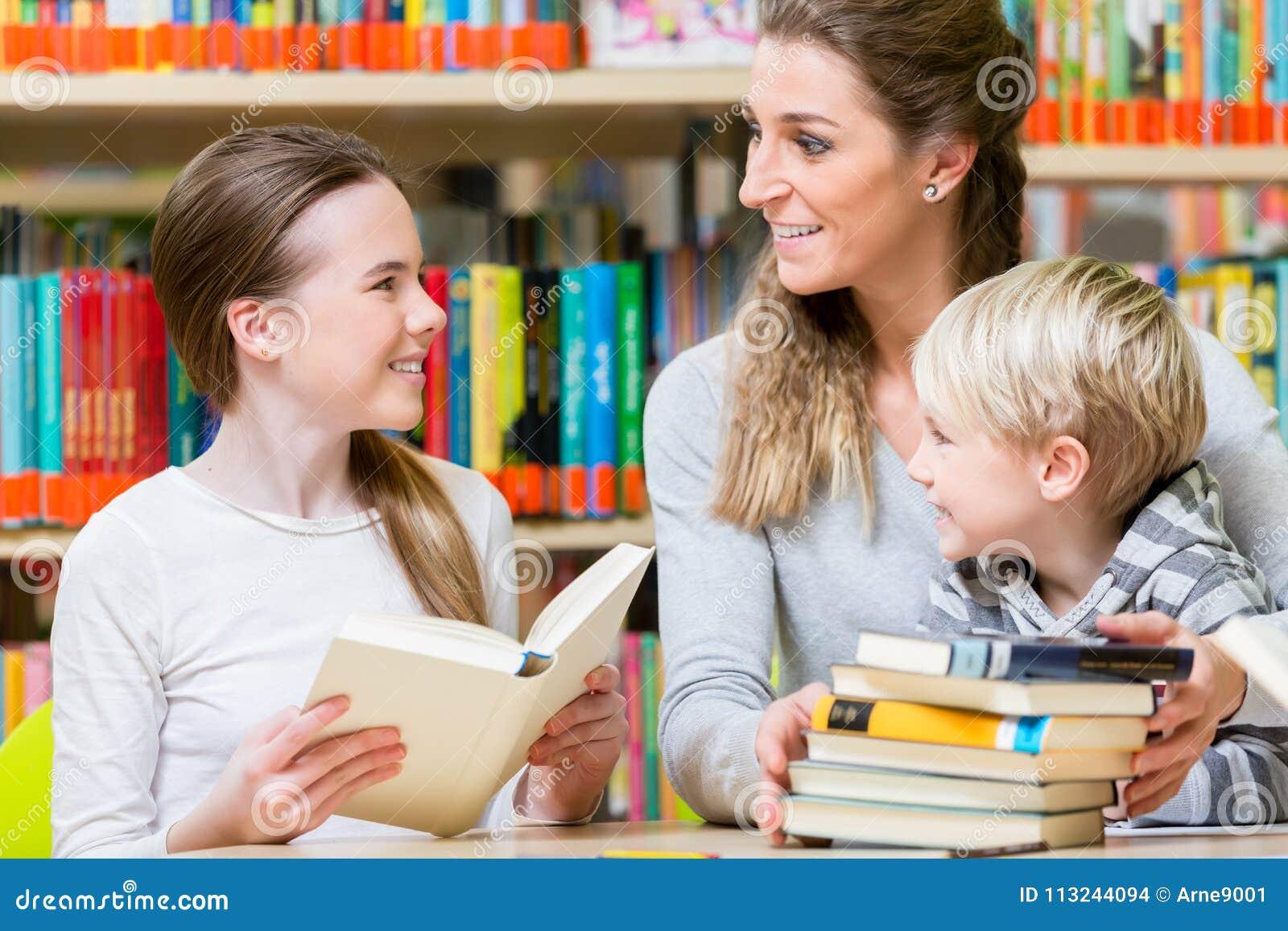 Δάσκαλος με την κατηγορία της που επισκέπτεται τα βιβλία ανάγνωσης  βιβλιοθηκών fbdc1a8838b