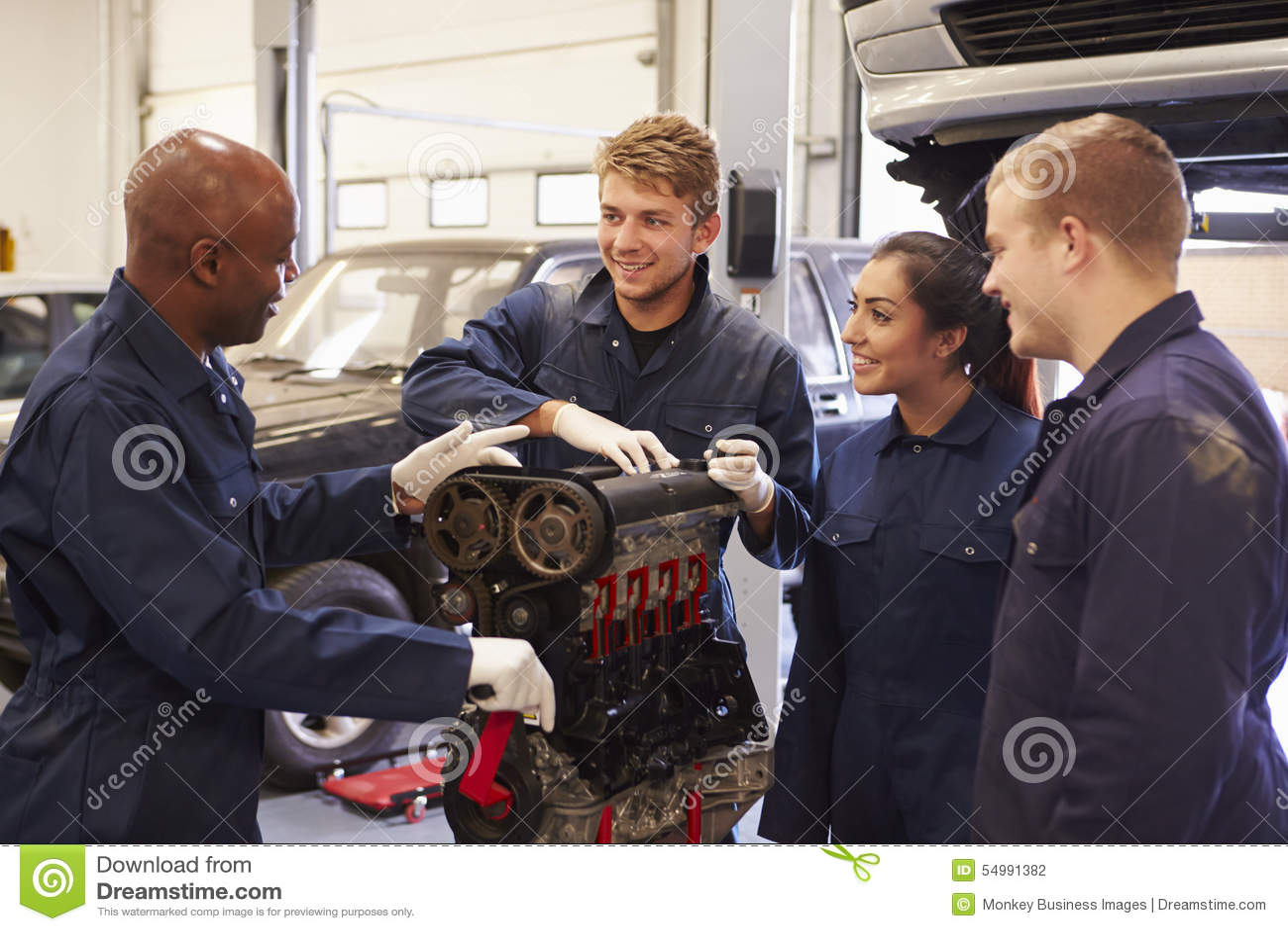 Δάσκαλος που βοηθά τους σπουδαστές που εκπαιδεύουν να είναι μηχανικοί αυτοκινήτων
