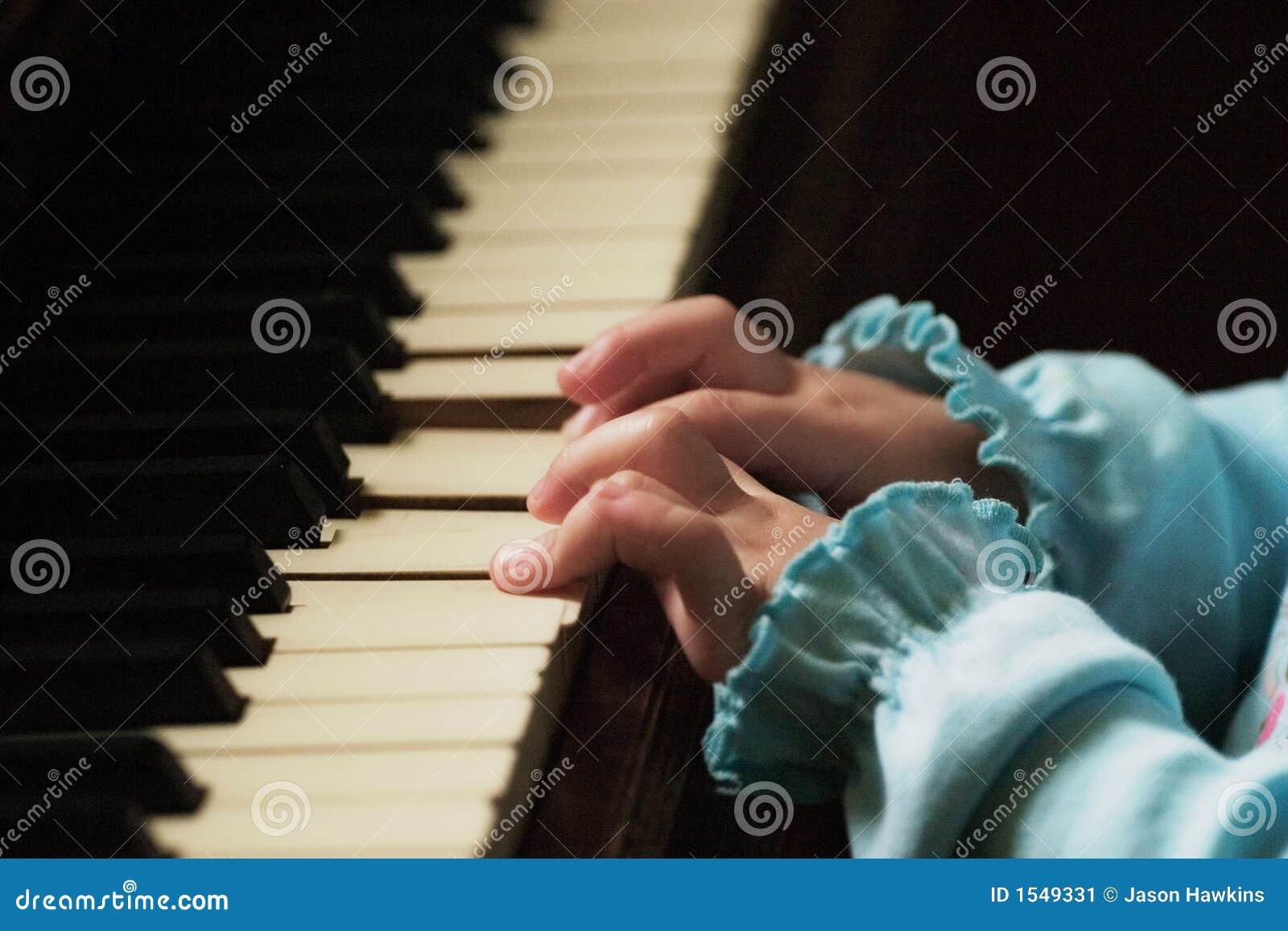 δάχτυλα λίγο παιχνίδι πιάνων