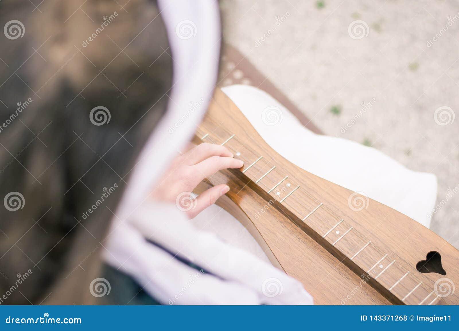 Δάχτυλα που παίζουν σε ένα βουνό Dulcimer