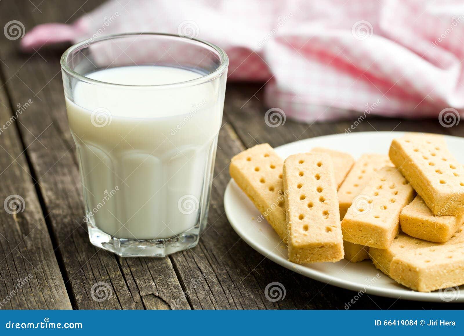 Δάχτυλα κουλουρακιών με το γάλα
