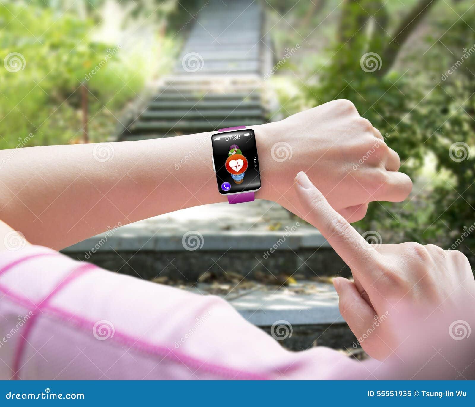 Δάχτυλο αθλητριών που δείχνει το έξυπνο weari χεριών ρολογιών αισθητήρων υγείας