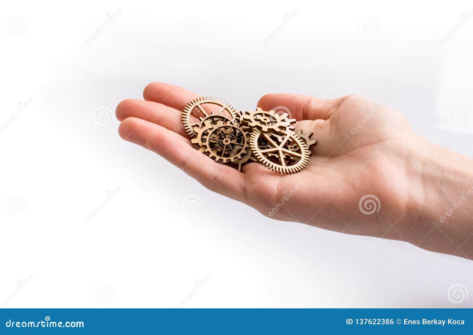 Δέσμη εκμετάλλευσης χεριών ξύλινα cogwheels
