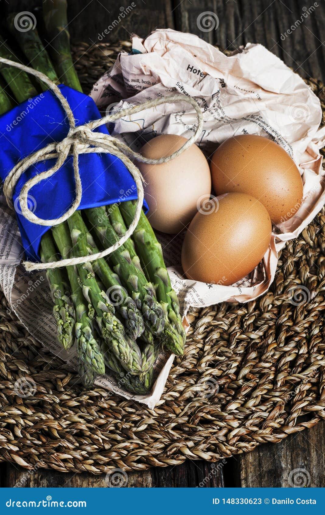 Δέσμη του σπαραγγιού με τα αυγά στο κεντρικό τεμάχιο