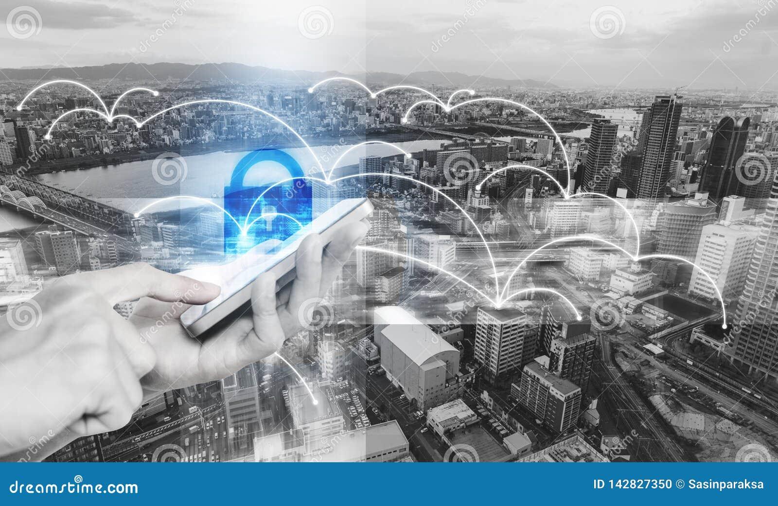 Δίκτυο και τεχνολογία συστημάτων ασφαλείας Διαδικτύου Χέρι που χρησιμοποιεί το κινητό έξυπνο τηλέφωνο και την ασφάλεια σε απευθεί