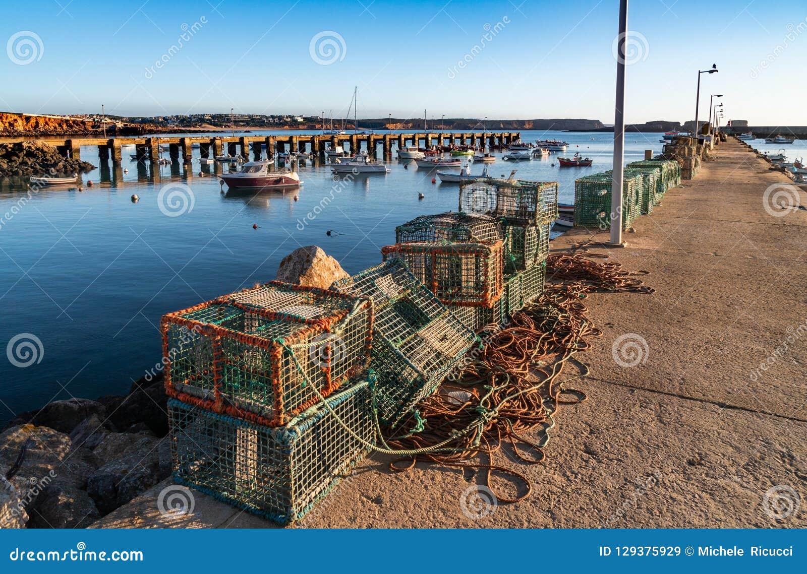 Δίχτυ του ψαρέματος ψαράδων στις αποβάθρες
