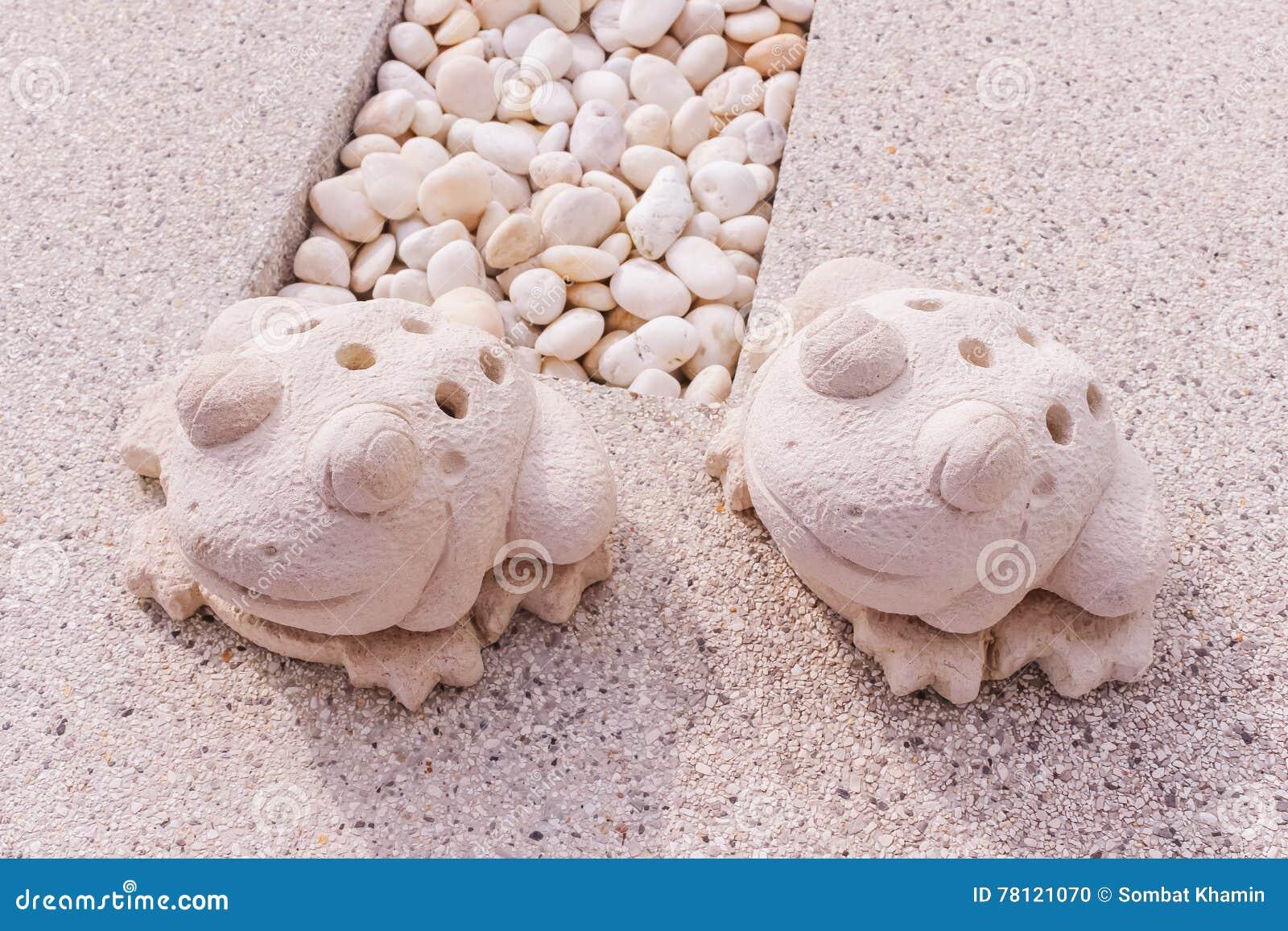 Δίδυμο άγαλμα βατράχων που γίνεται από τον ασβεστόλιθο