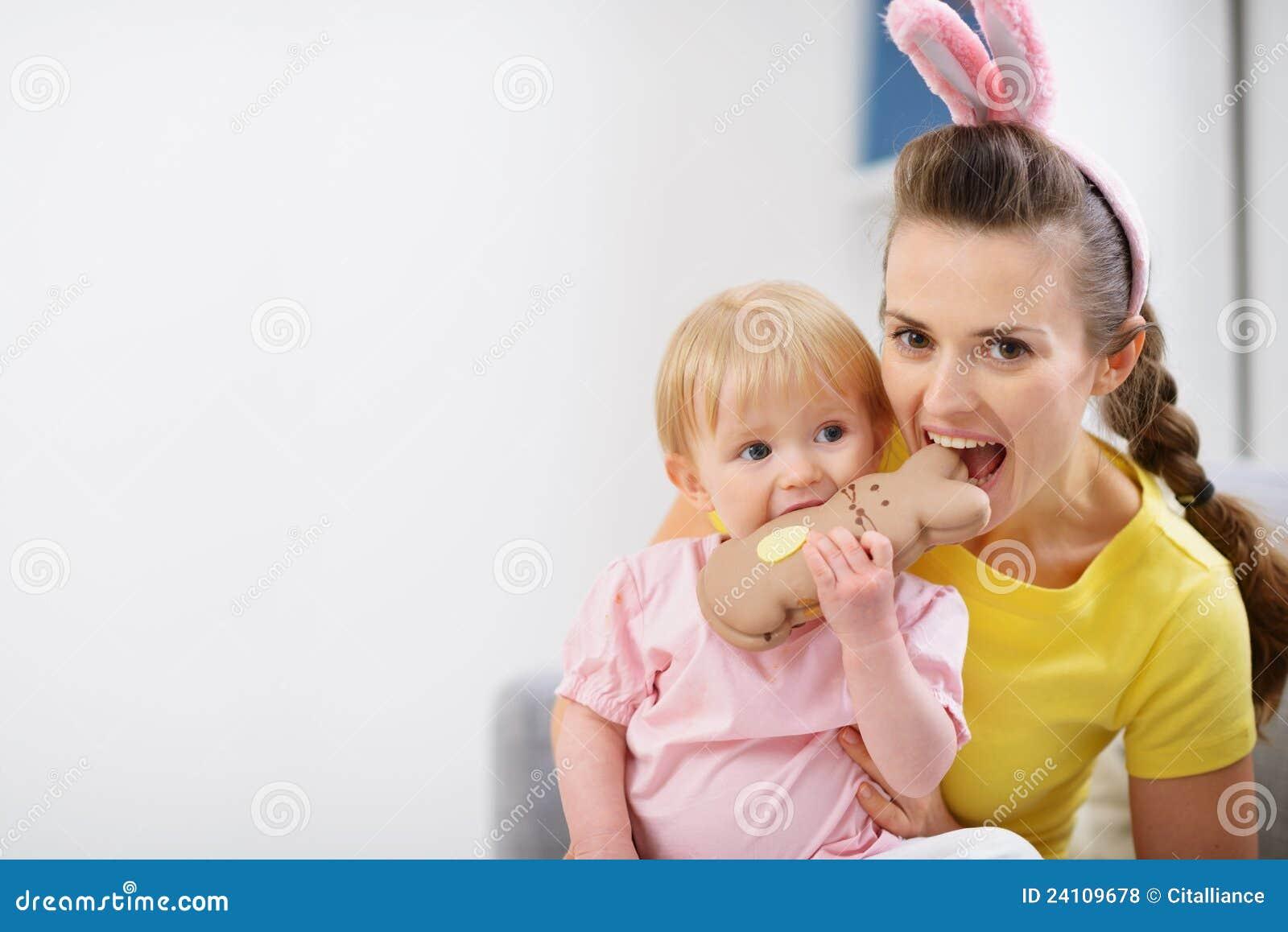 δαγκώνοντας κουνέλι μητέρων Πάσχας μπισκότων μωρών