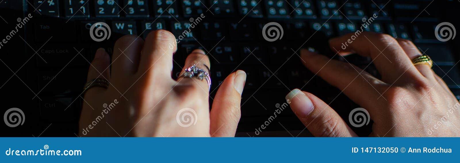 Δακτυλογράφηση ενός μηνύματος στο μαύρο πληκτρολόγιο