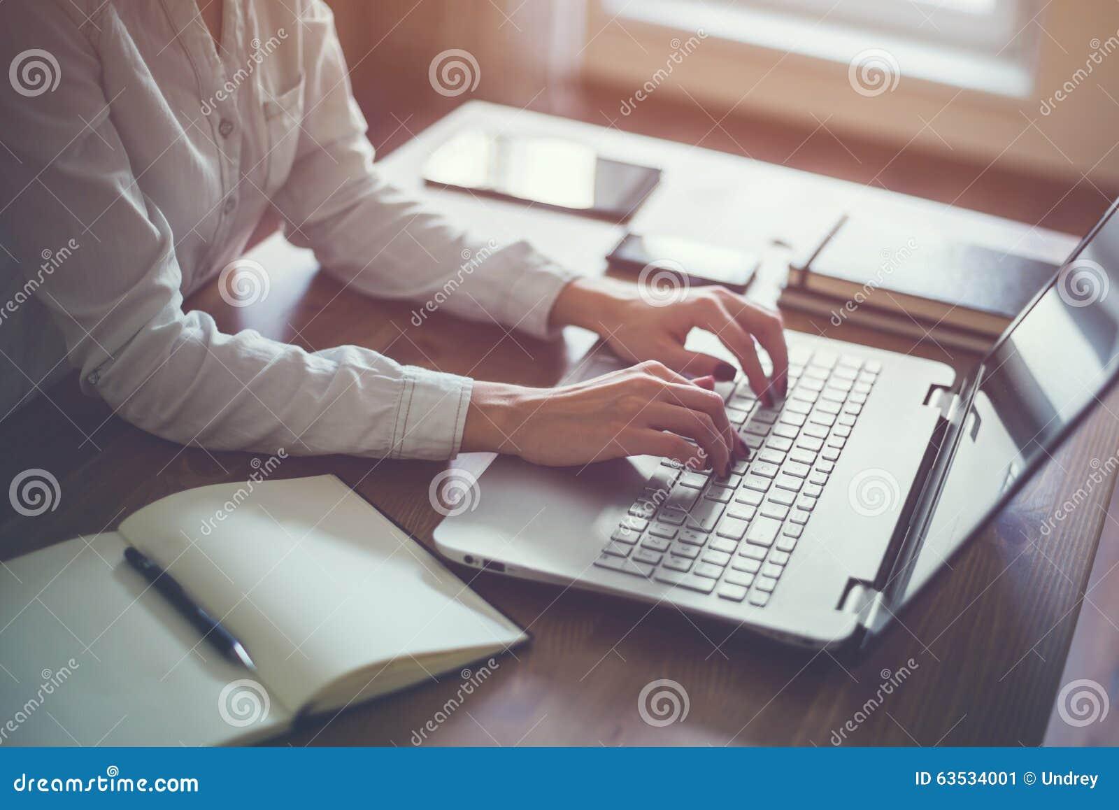 Δακτυλογράφηση επιχειρηματιών στο lap-top στην εργασία γυναικών εργασιακών χώρων στο πληκτρολόγιο χεριών Υπουργείων Εσωτερικών