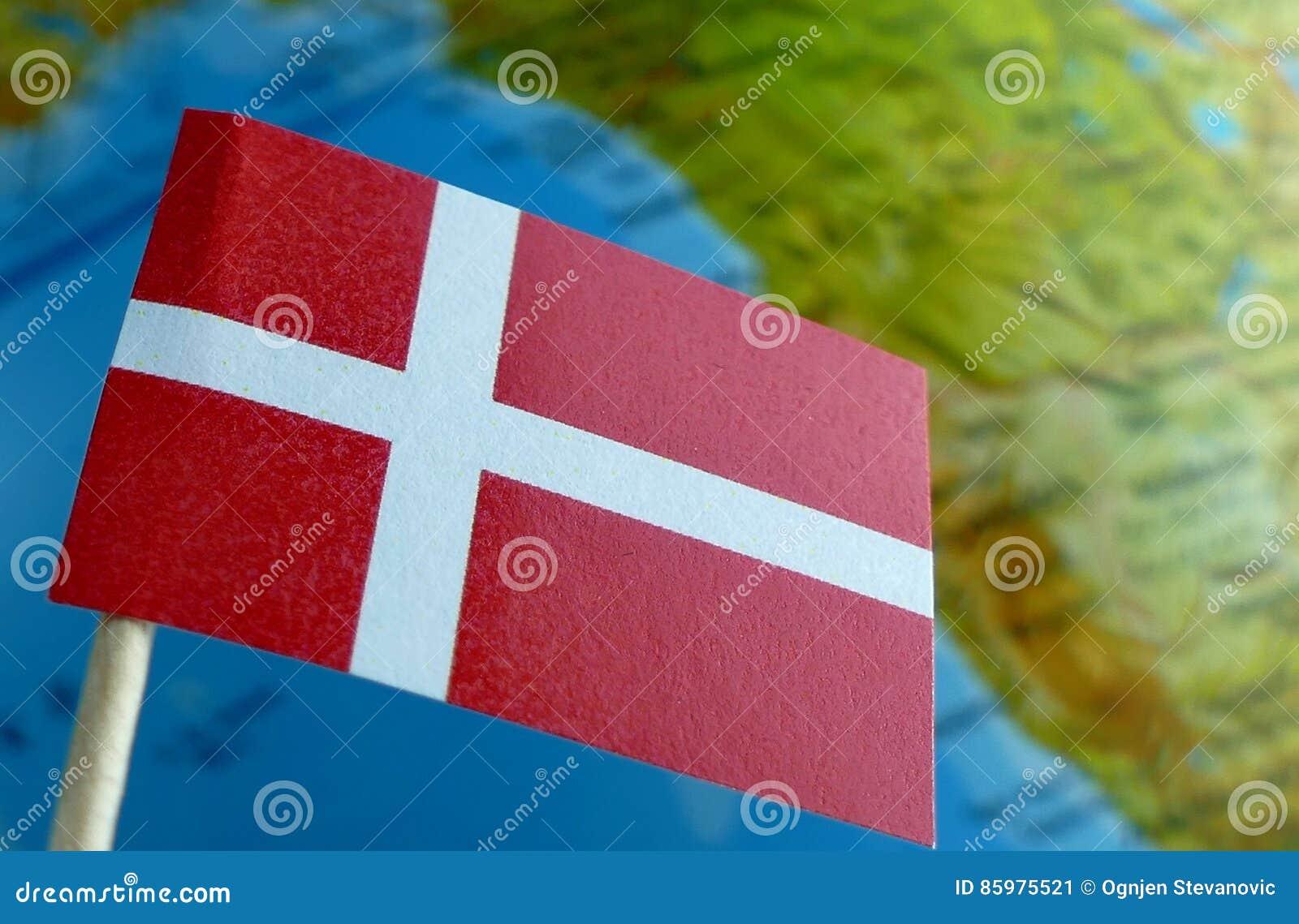 Δανική σημαία με έναν χάρτη σφαιρών ως υπόβαθρο