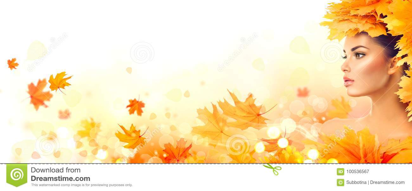 δασική περπατώντας γυναίκα πτώσης ημέρας φθινοπώρου όμορφη πτώση Πρότυπο κορίτσι ομορφιάς με τα φωτεινά φύλλα φθινοπώρου