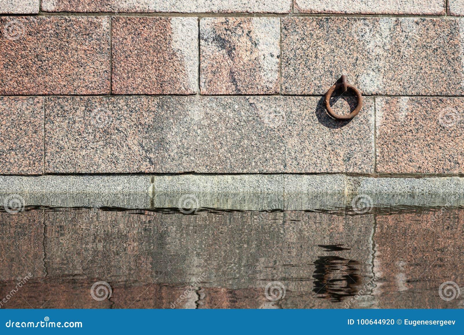 Δαχτυλίδι πρόσδεσης που τοποθετείται στον τοίχο λιμενοβραχιόνων πετρών γρανίτη