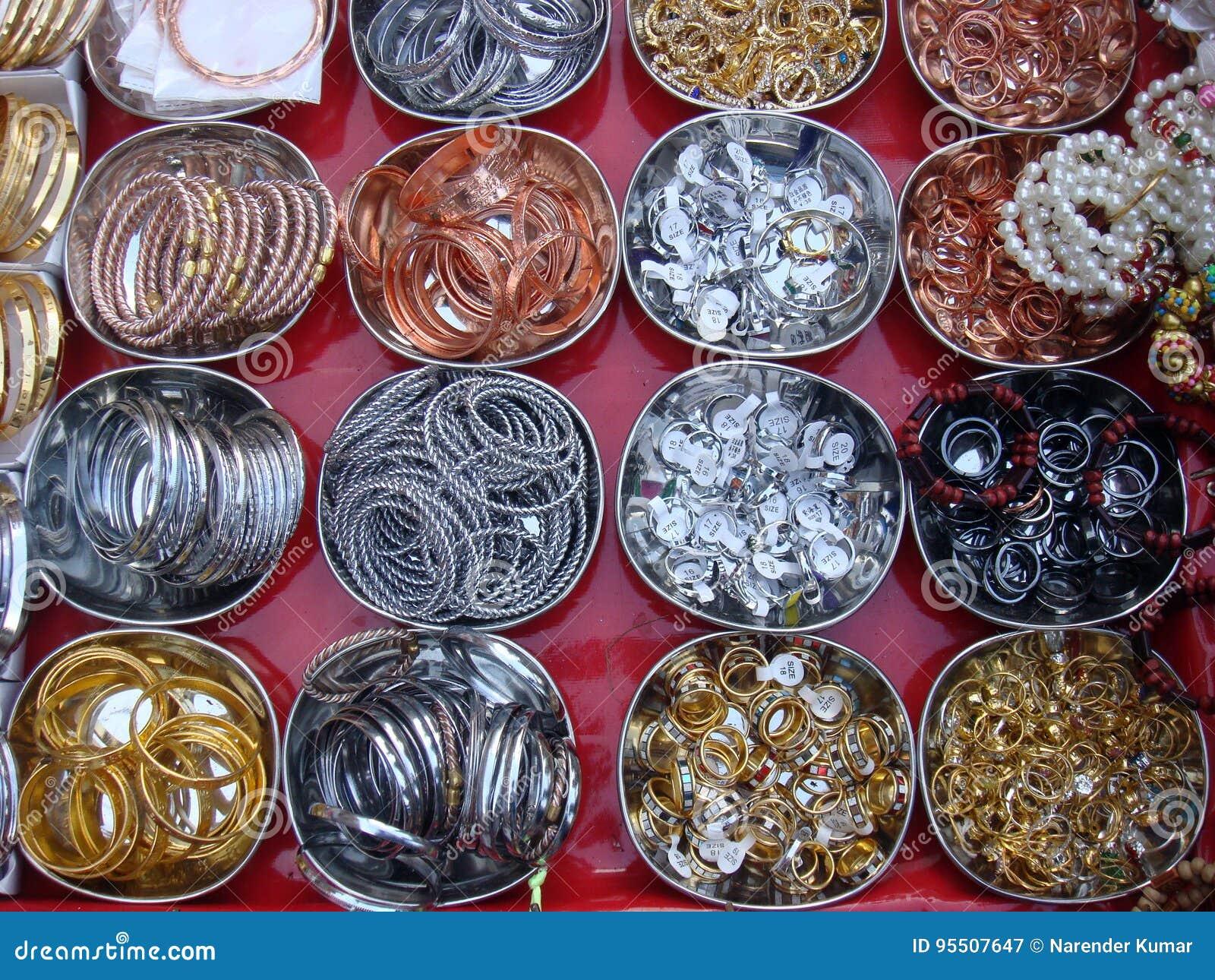 Δαχτυλίδια και βραχιόλια μετάλλων στην αγορά οδών Στοκ Εικόνα ... 1ae6ba98f97