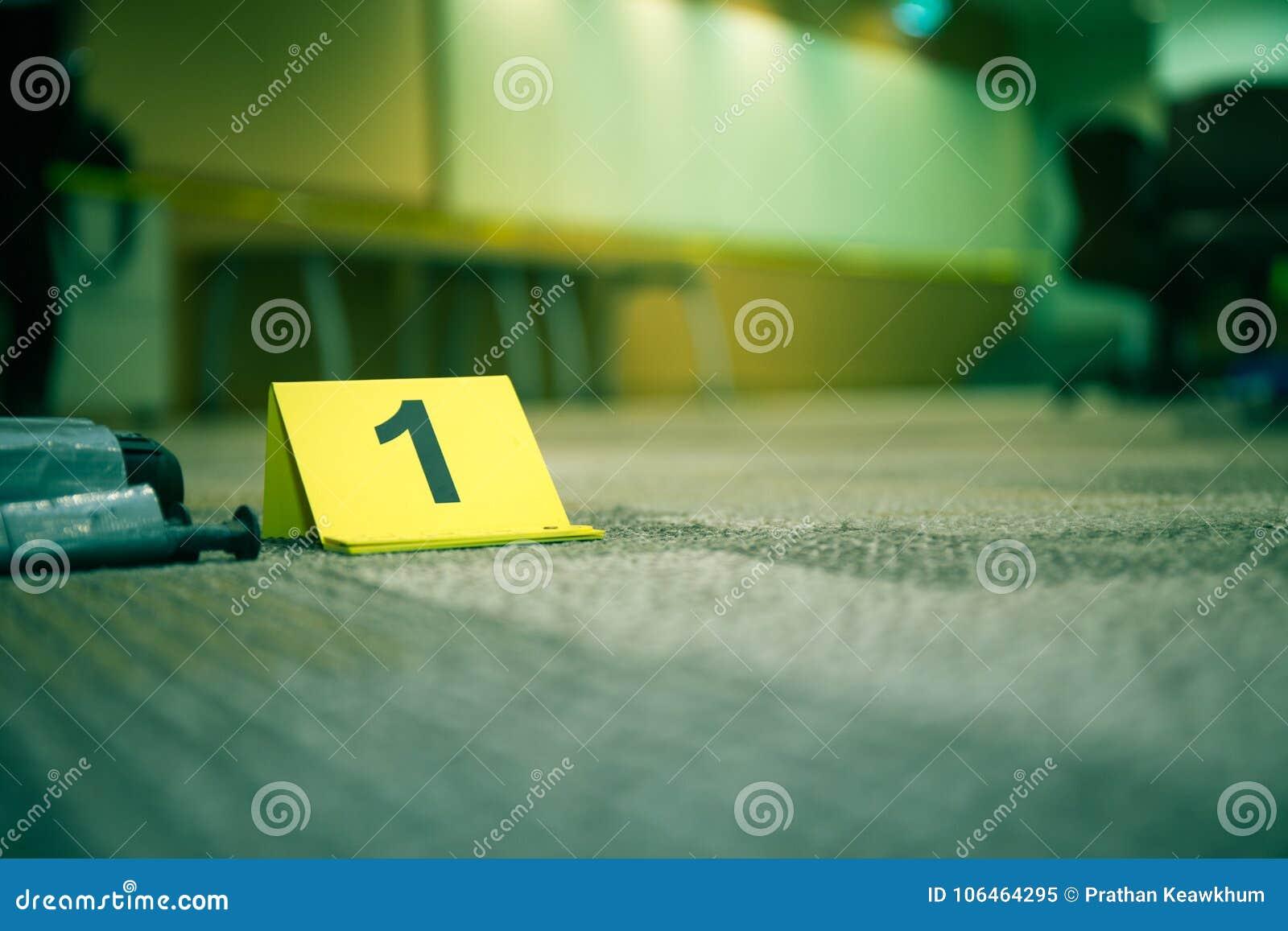 Δείκτης αριθμός 7 στοιχείων στο πάτωμα ταπήτων κοντά στο ύποπτο αντικείμενο μέσα