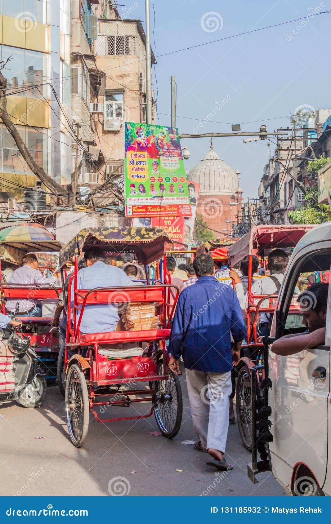 ΔΕΛΧΙ, ΙΝΔΙΑ - 22 ΟΚΤΩΒΡΊΟΥ 2016: Κυκλοφορία οδών στο κέντρο του Δελχί, Indi