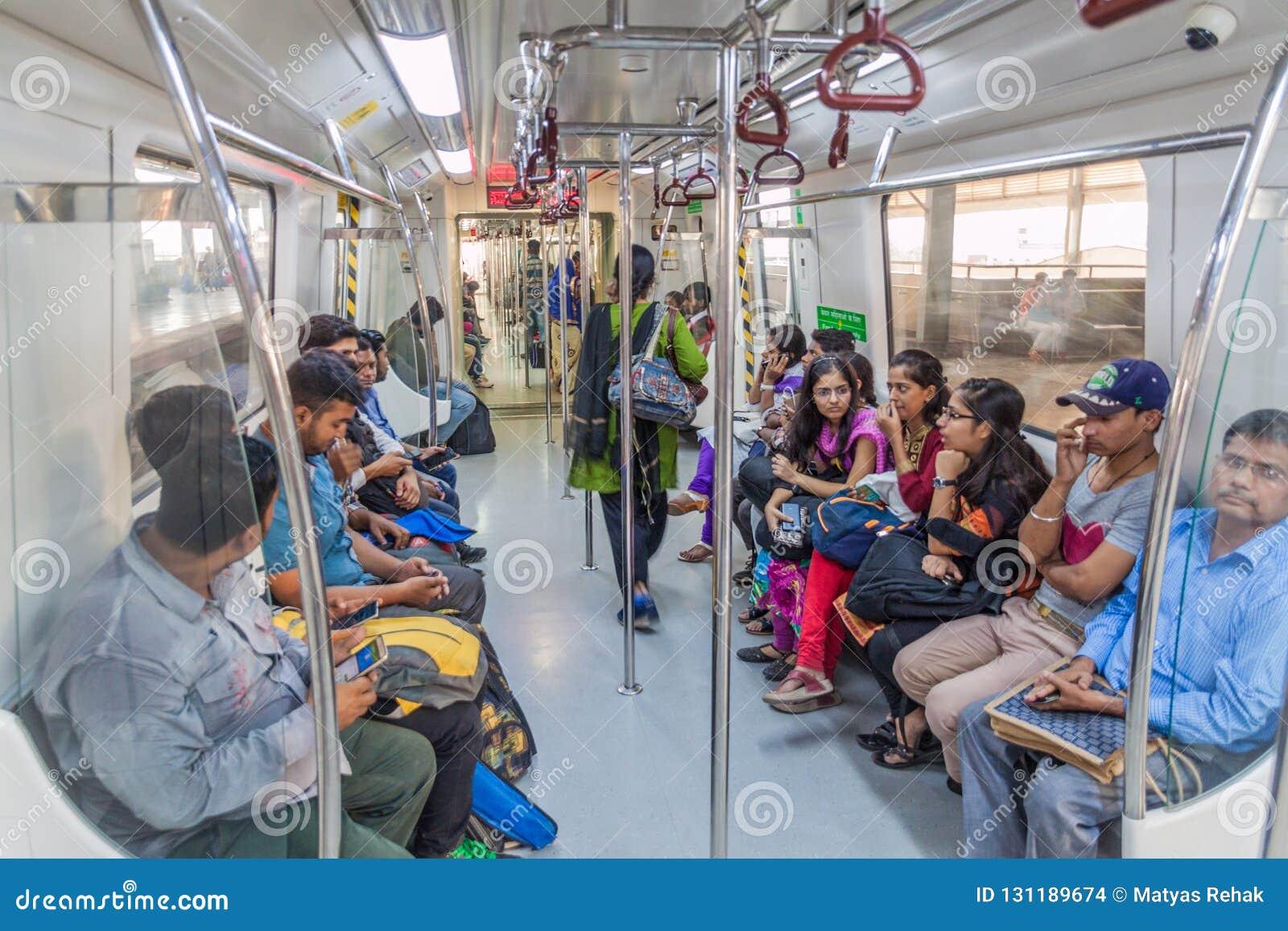ΔΕΛΧΙ, ΙΝΔΙΑ - 24 ΟΚΤΩΒΡΊΟΥ 2016: Οι επιβάτες οδηγούν στο μετρό του Δελχί, Indi