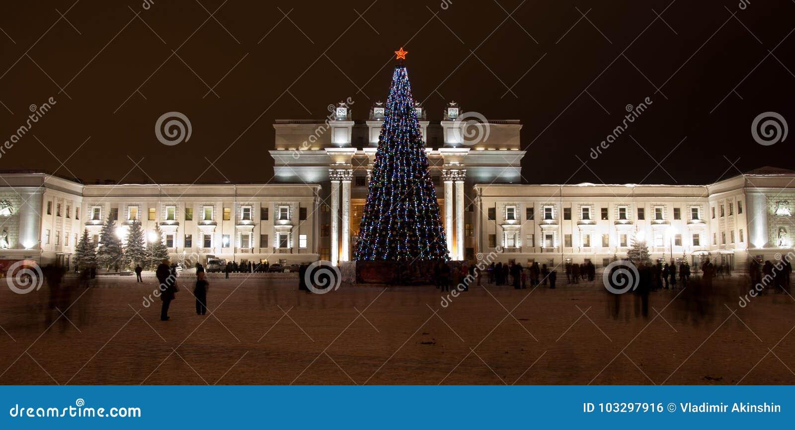 δεμένη όψη σκαφών λιμένων νύχτας Η ακαδημαϊκά όπερα της Samara και το θέατρο μπαλέτου είναι ένα από τα μεγαλύτερα ρωσικά μουσικά