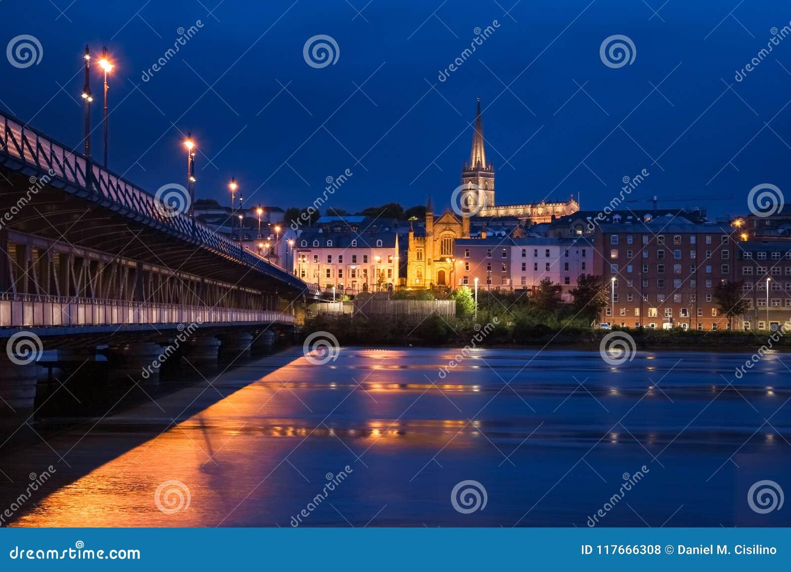 δεμένη όψη σκαφών λιμένων νύχτας Derry Londonderry Βόρεια Ιρλανδία βασίλειο που ενώνεται