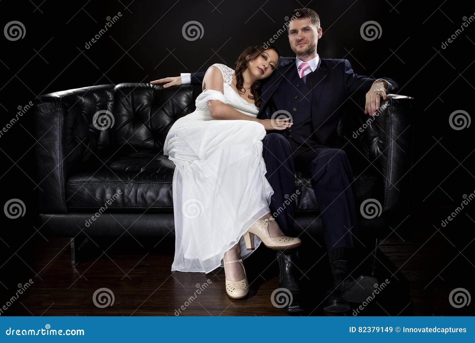 Δεσμευμένο ζεύγος που διαμορφώνει το φόρεμα ύφους του Art Deco το γαμήλια κοστούμι και
