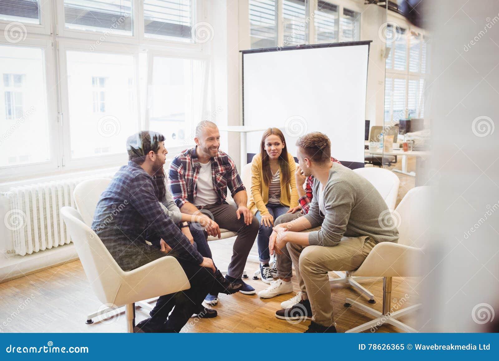 Δημιουργικοί επιχειρηματίες που κάθονται στην αίθουσα συνεδριάσεων