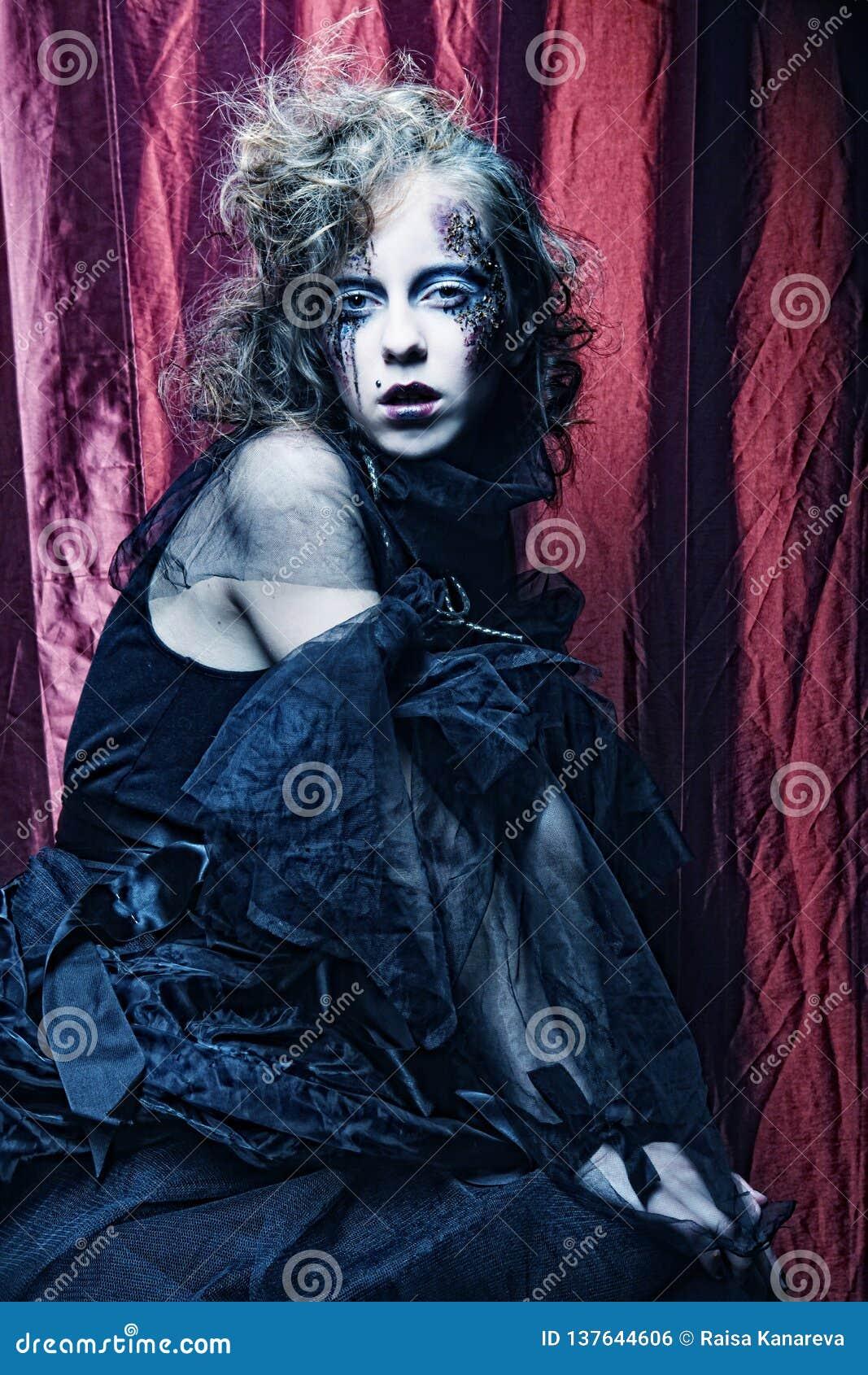 δημιουργικός αποτελέστε τη γυναίκα μεγάλος φωτεινός Ιστός αραχνών σκιών μυστηρίου σεληνόφωτου φωτοστεφάνου ευελιξιών φλογών ρίψης