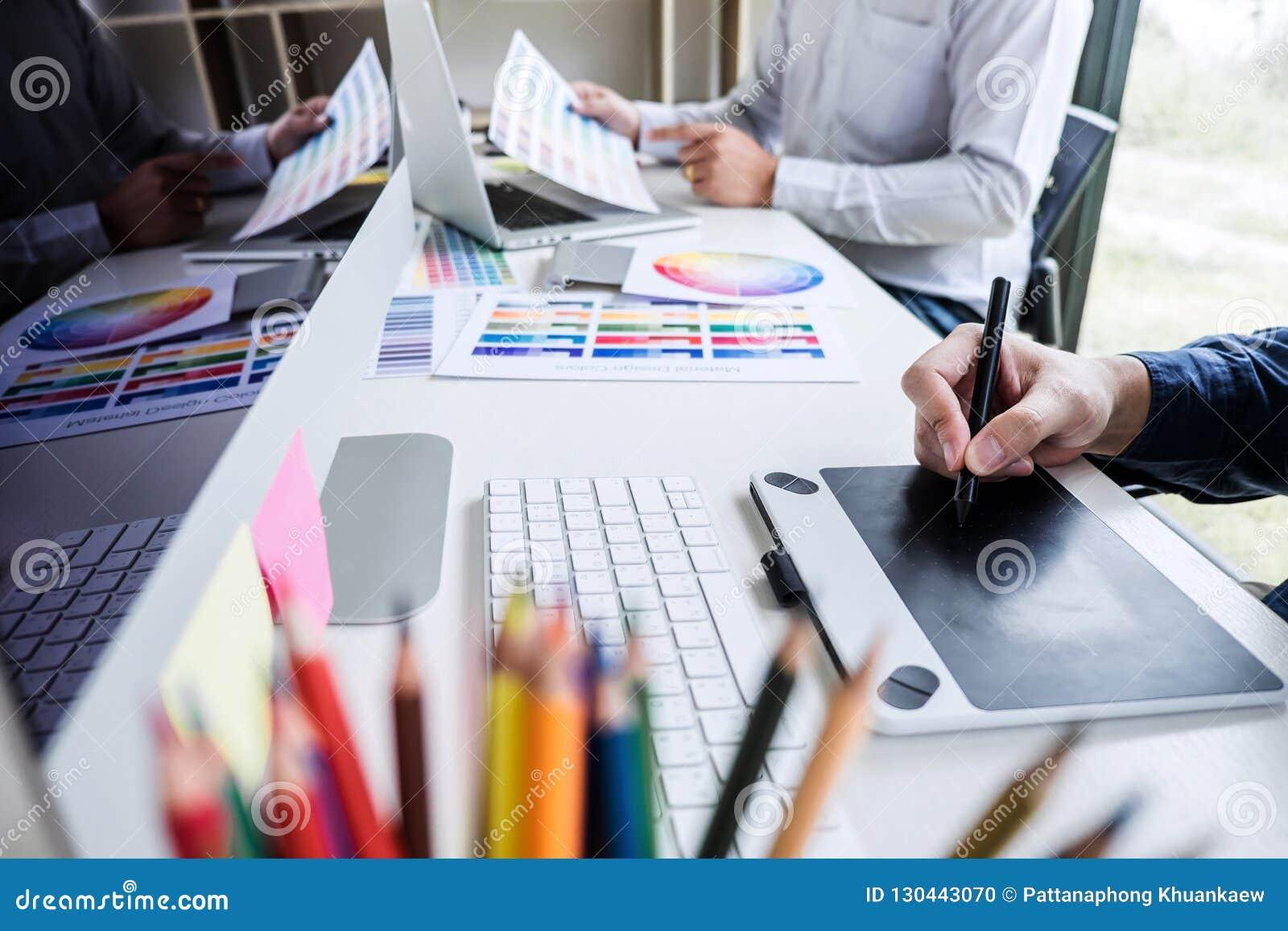 Δημιουργικός γραφικός σχεδιαστής δύο συναδέλφων που εργάζεται στο selecti χρώματος