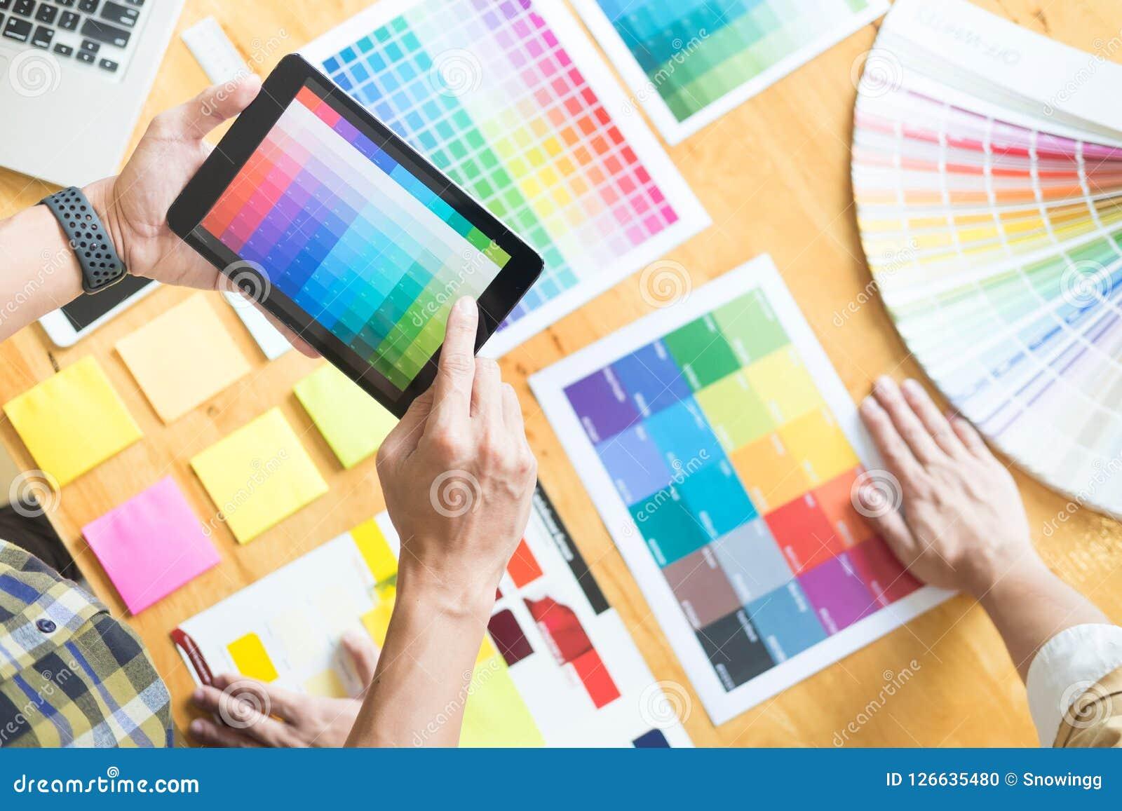 Δημιουργικός γραφικός σχεδιαστής στην εργασία Swatch χρώματος pantone δειγμάτων