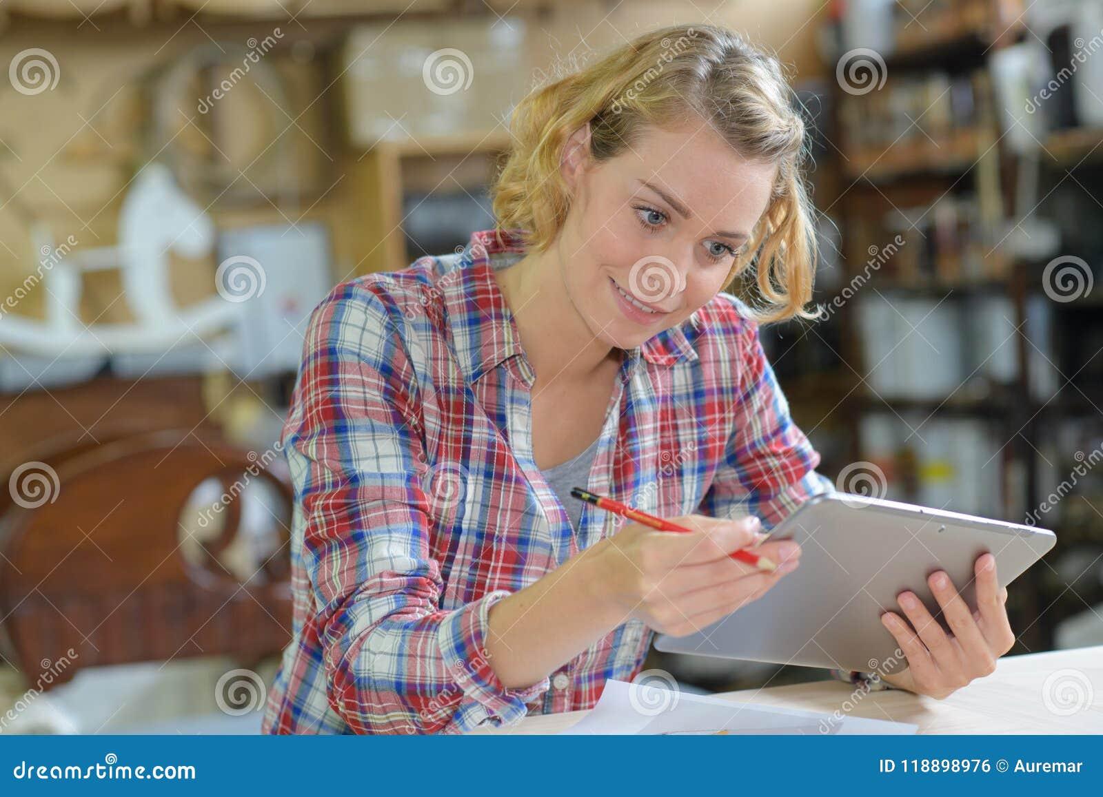 Δημιουργικός εργαζόμενος γραφείων θηλυκών με τον υπολογιστή PC ταμπλετών