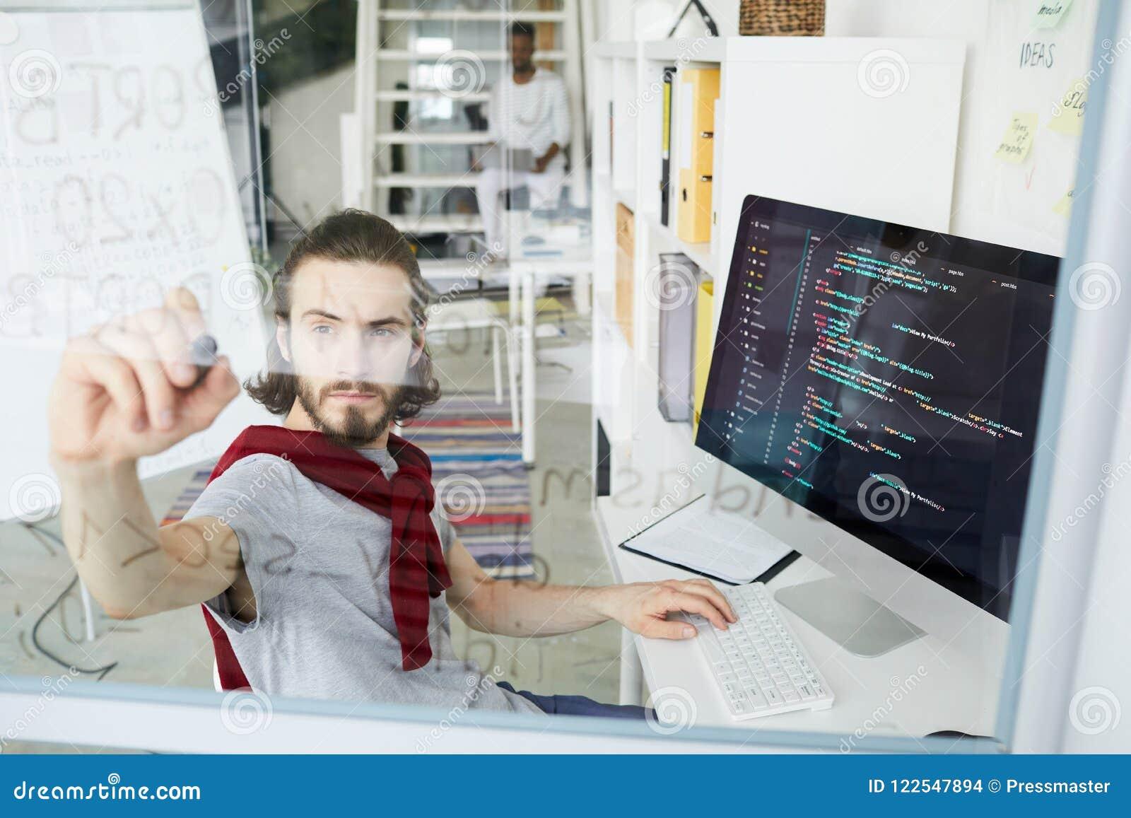 Δημιουργικός κωδικοποιητής hipster που εργάζεται με τη γλώσσα προγραμματισμού