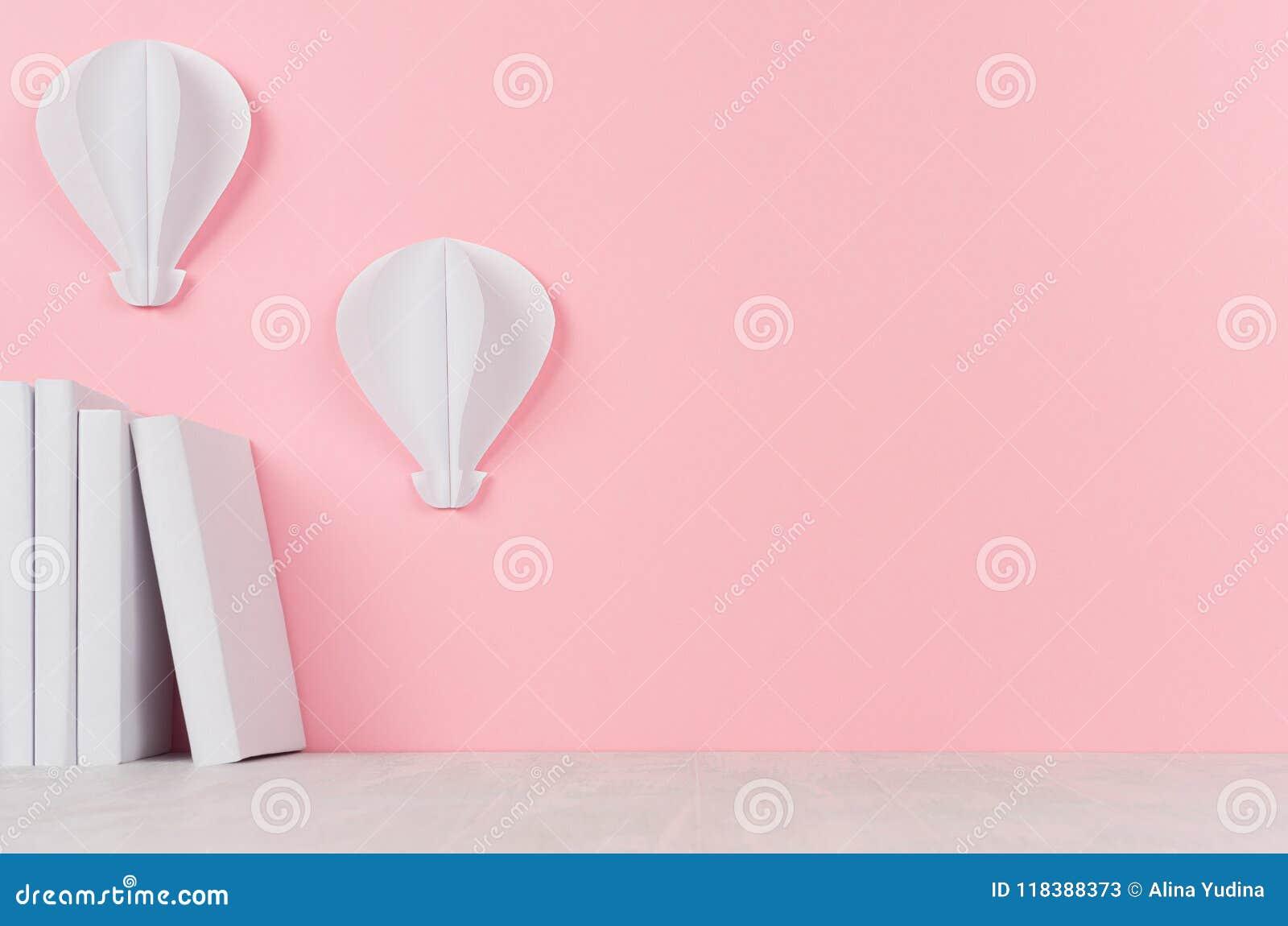 Δημιουργικός πίσω στο σχολικό υπόβαθρο - άσπρο origami βιβλίων και μπαλονιών ζεστού αέρα στο μαλακό ρόδινο σκηνικό