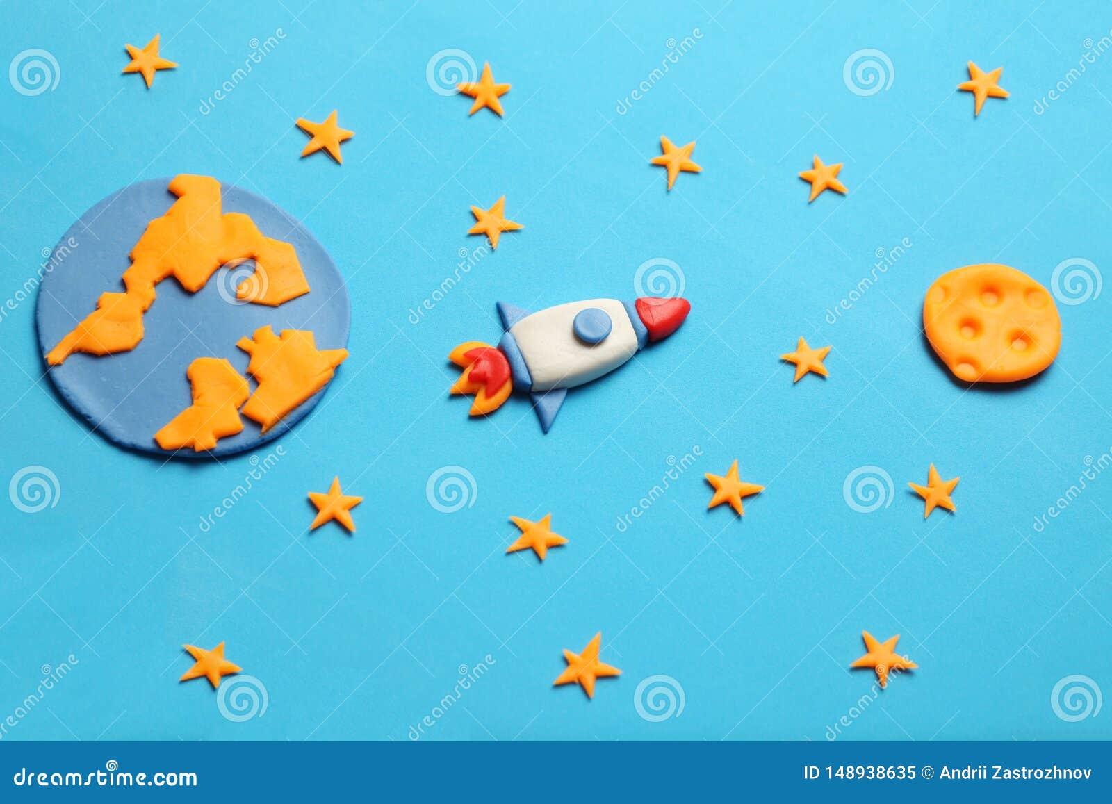 Δημιουργικός πύραυλος plasticine τεχνών στον ανοιχτό χώρο, όνειρα αστροναυτών Αστέρια, πλανήτης Γη και φεγγάρι Τέχνη κινούμενων σ