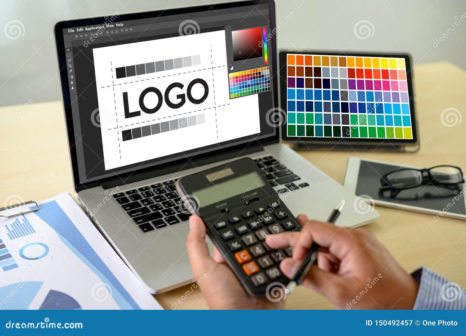 Δημιουργικός σχεδιαστής γραφικός στην εργασία , Γραφικός σχεδιαστής εικονογράφων που απασχολείται στα ψηφιακά swatch χρώματος ταμ