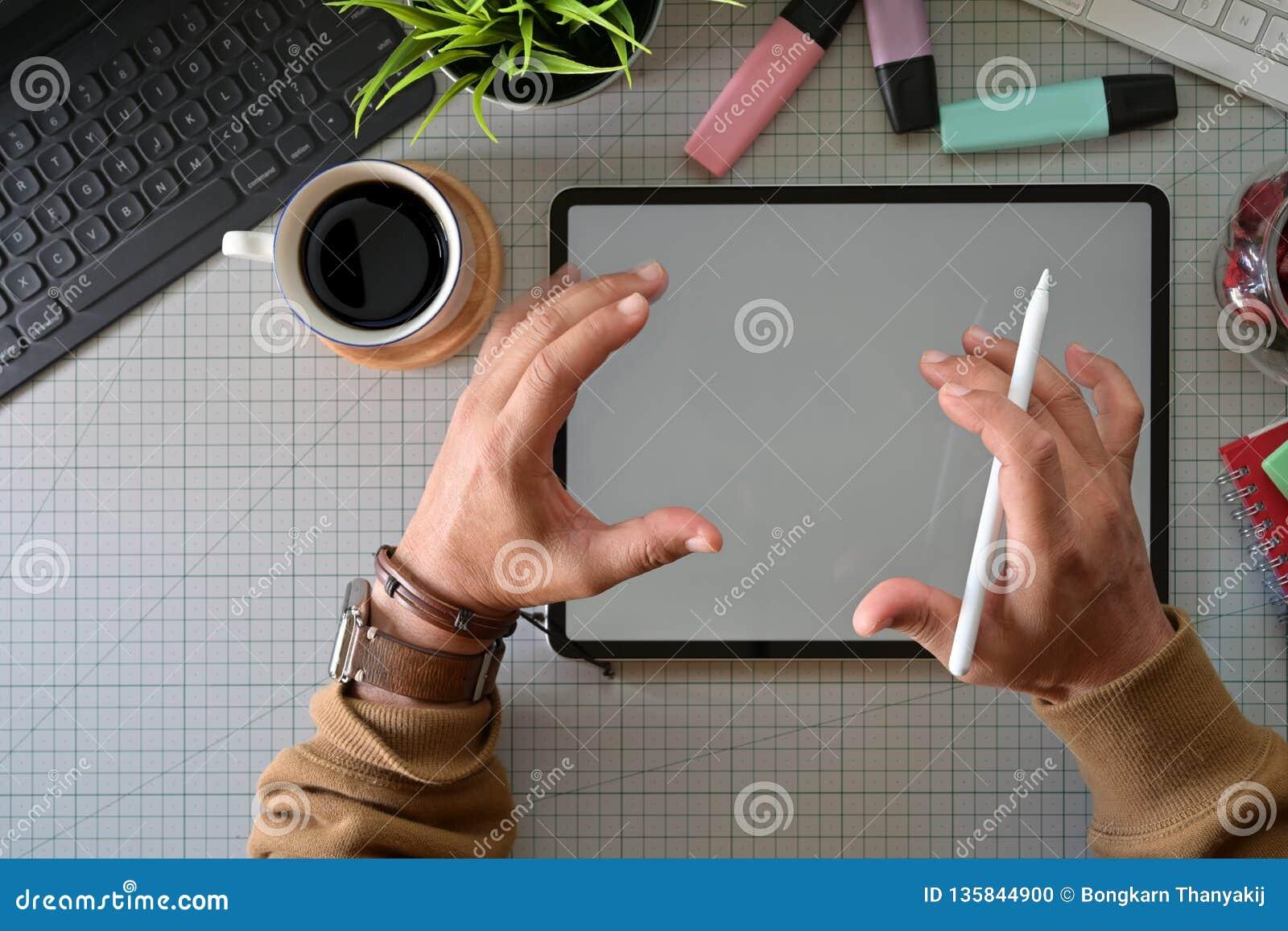 Δημιουργικός σχεδιαστής που εργάζεται με την ψηφιακή ταμπλέτα σχεδίων