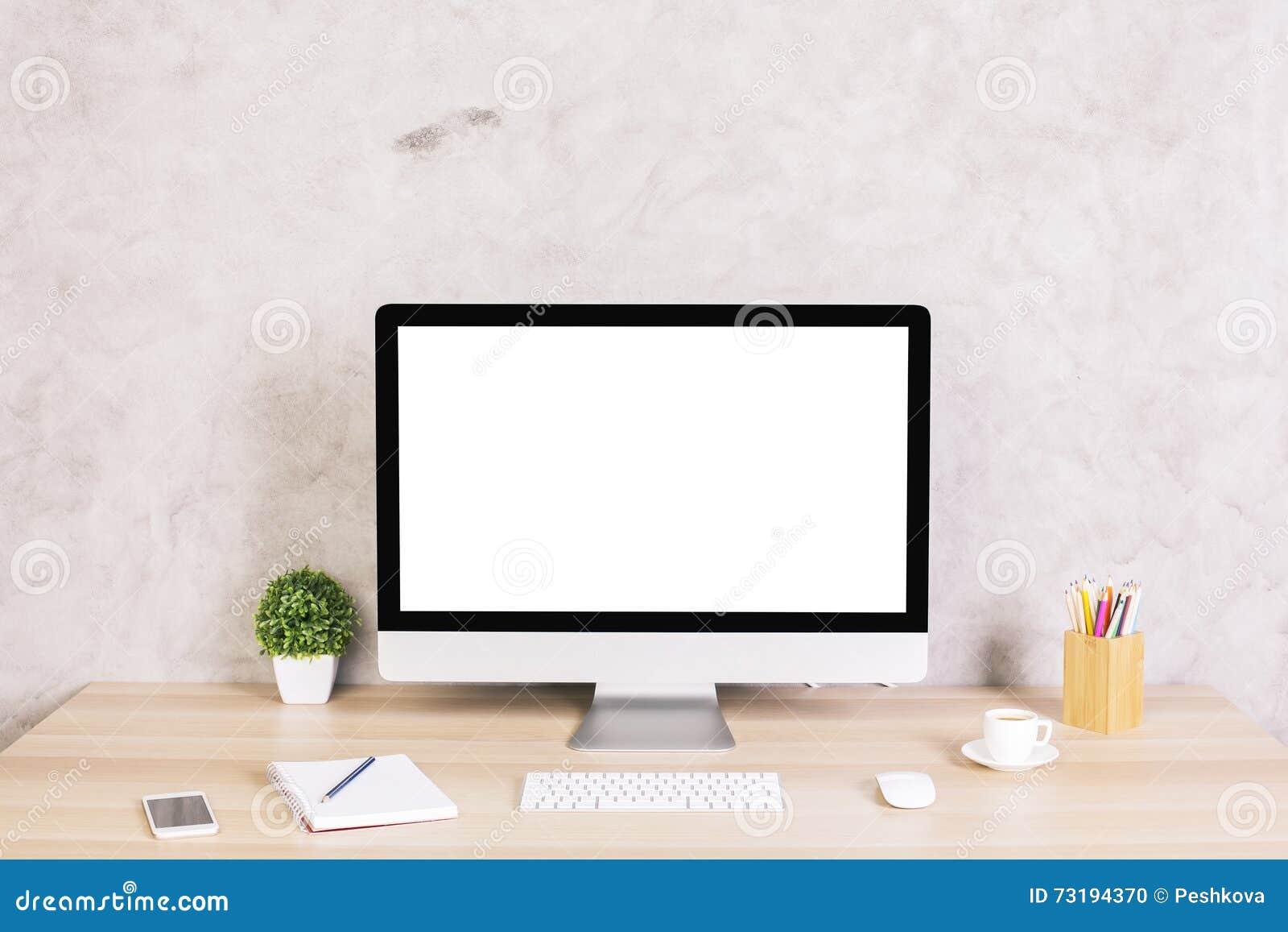 Δημιουργικός υπολογιστής γραφείου με τη οθόνη υπολογιστή