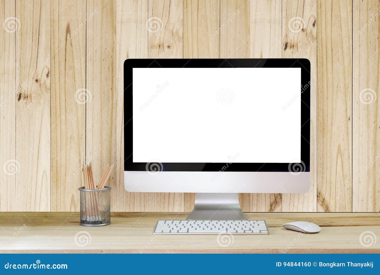 Δημιουργικός υπολογιστής γραφείου hipster με την κενή άσπρη οθόνη υπολογιστή, το φλυτζάνι καφέ και άλλα στοιχεία στο άσπρο υπόβαθ