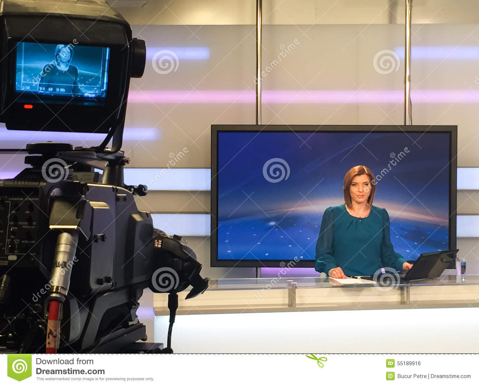 Δημοσιογράφος TV στο γραφείο ειδήσεων