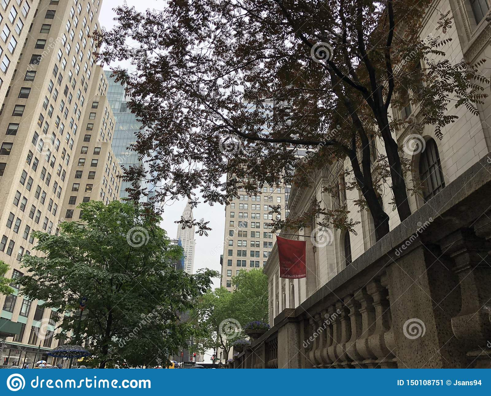 Δημόσια βιβλιοθήκη της Νέας Υόρκης με το κτήριο Chrysler