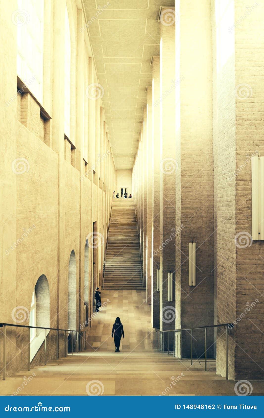 Διάδρομος με τις ψηλές στήλες στο μουσείο