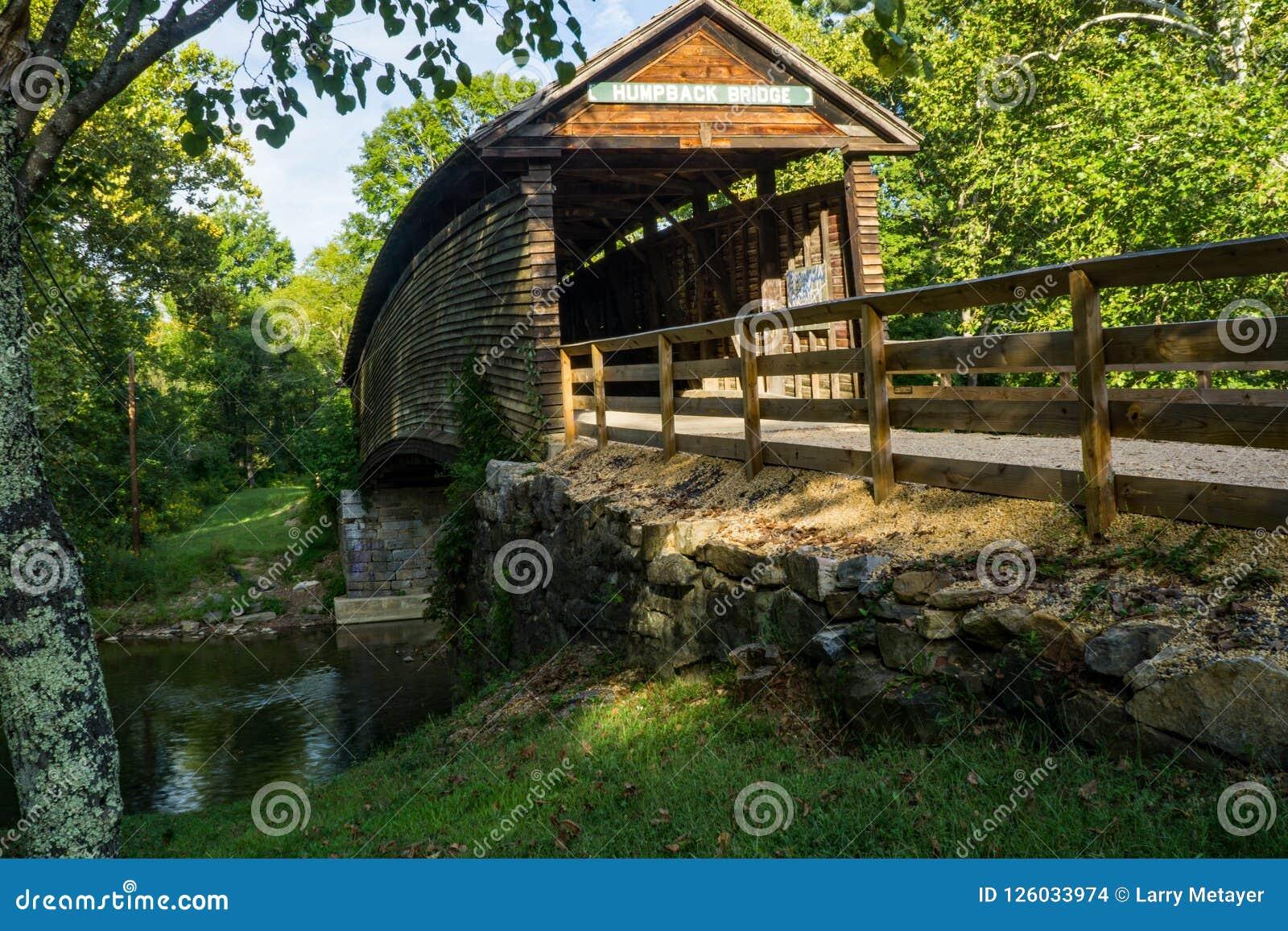 Διάσημη ιστορική καλυμμένη Humpback γέφυρα