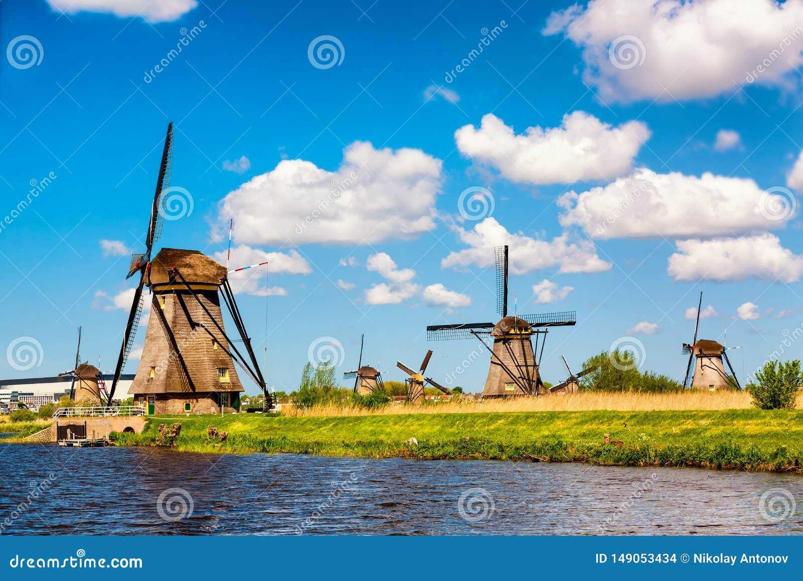 Διάσημοι ανεμόμυλοι στο χωριό Kinderdijk στην Ολλανδία Ζωηρόχρωμο αγροτικό τοπίο άνοιξη στις Κάτω Χώρες, Ευρώπη Παγκόσμια κληρονο