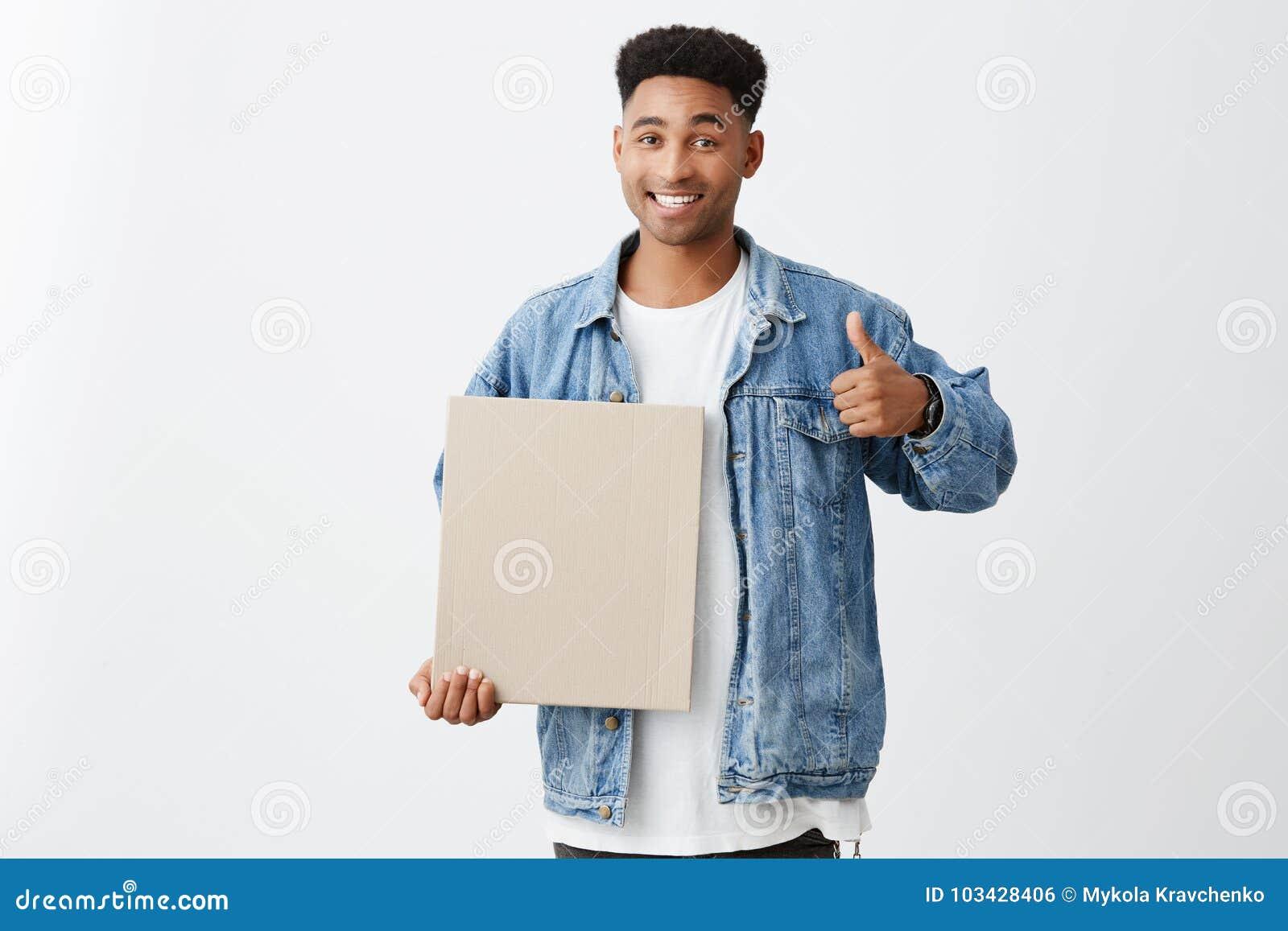 διάστημα αντιγράφων Κλείστε επάνω του εύθυμου νέου μαύρος-ξεφλουδισμένου άνδρα σπουδαστή με το afro hairstyle στη μοντέρνη περιστ