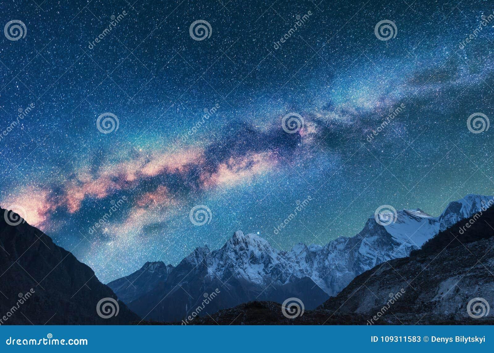 διάστημα Νύχτα landscapw με το γαλακτώδεις τρόπο και τα βουνά