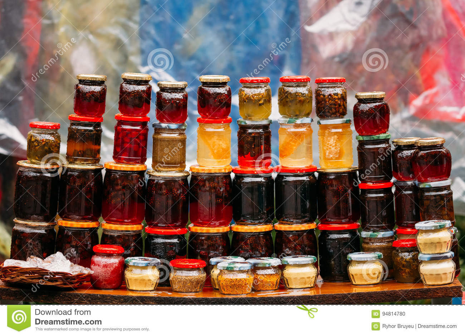 Διάφορα βάζα με τις γλυκές νόστιμες Yummy μαρμελάδες Μαρμελάδα που γίνεται από τα ξύλα καρυδιάς,