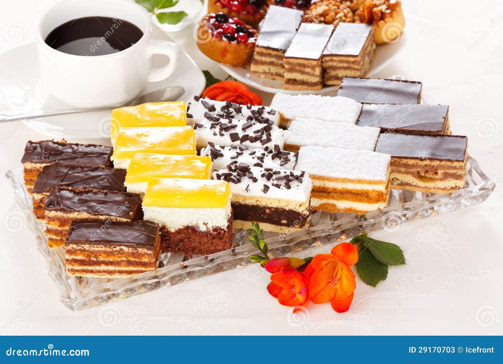 Διάφορα γλυκά κέικ στο στενόμακρο πιάτο