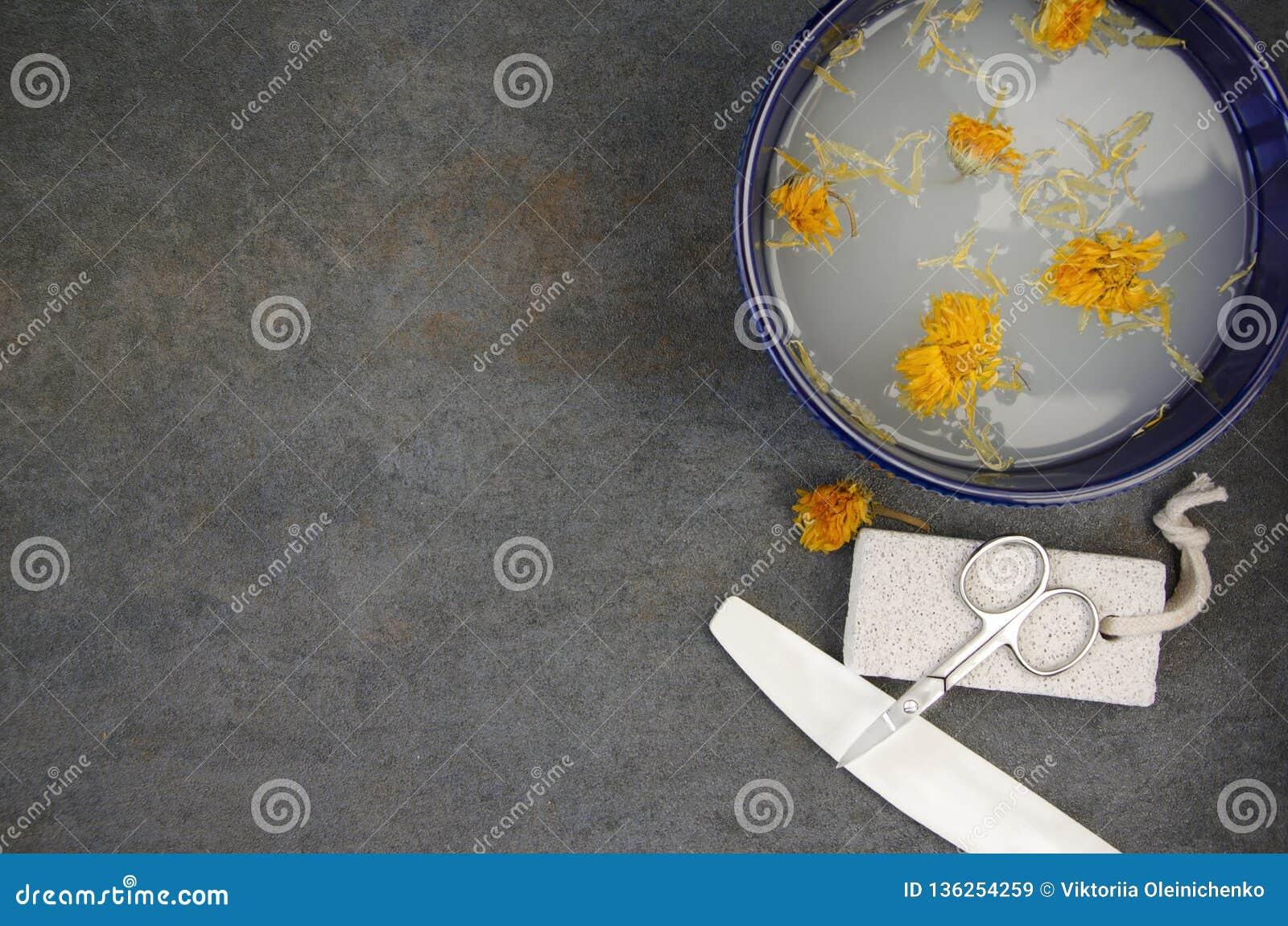 Διάφορα εργαλεία για τις διαδικασίες μανικιούρ και pedicure στο σαλόνι