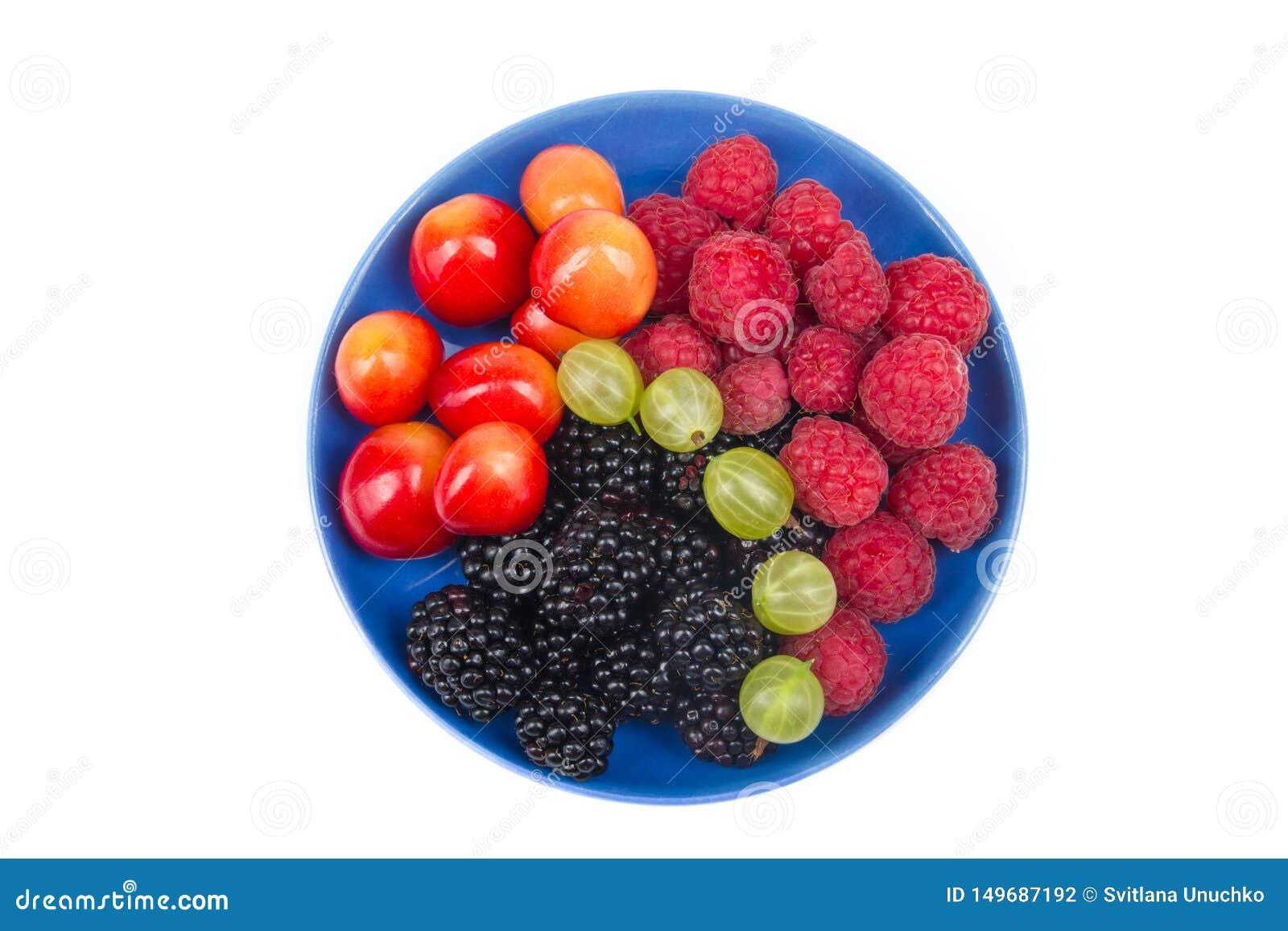 Διάφορα θερινά φρέσκα μούρα σε ένα κύπελλο στον αγροτικό ξύλινο πίνακα Αντιοξειδωτικοοι, detox διατροφή, οργανικά φρούτα r